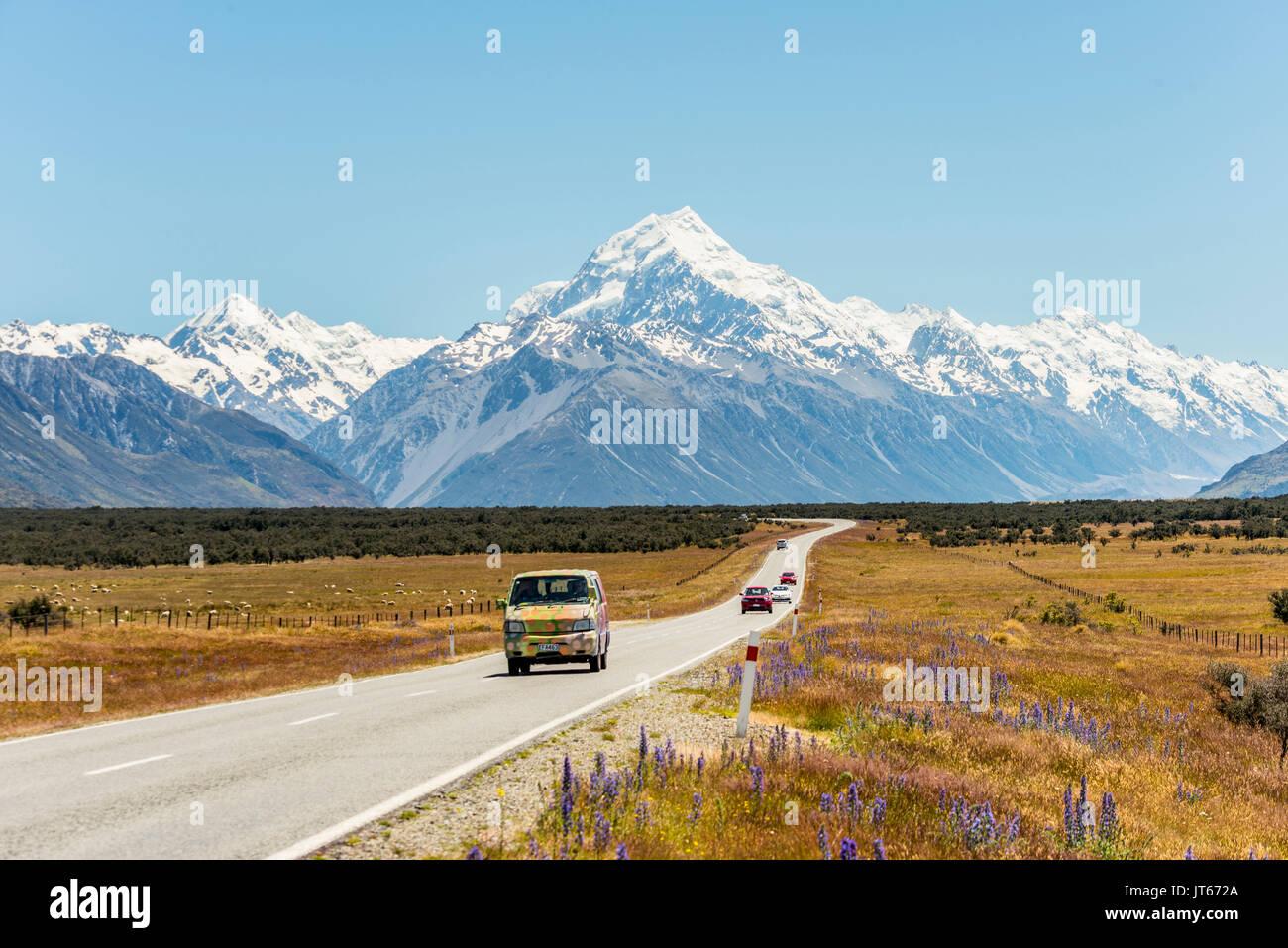 Kurvige Straße mit Blick auf den Mount Cook, schneebedeckte Berge, Mount Cook National Park der südlichen Alpen, Canterbury, Südinsel Stockbild