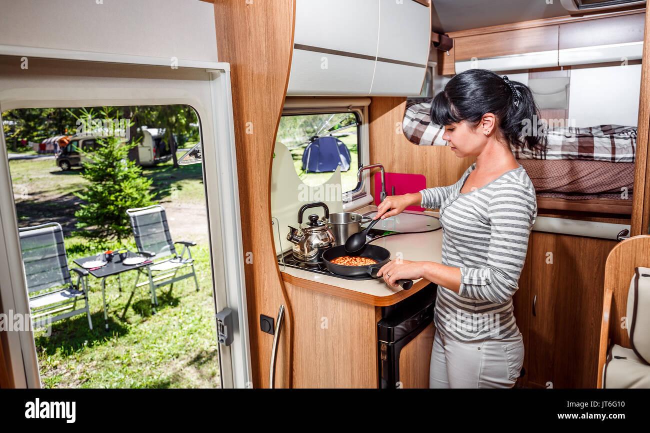 Frau kochen im Wohnmobil, reisemobil Interieur. Familie Urlaub ...
