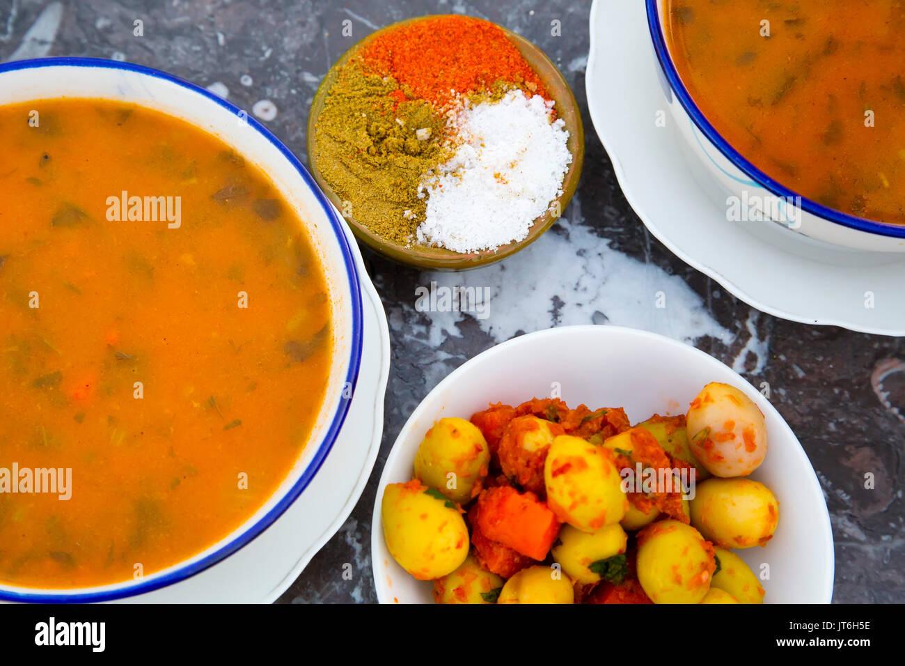 Typische marokkanische Küche harira Suppe und Oliven. Souk Medina ...