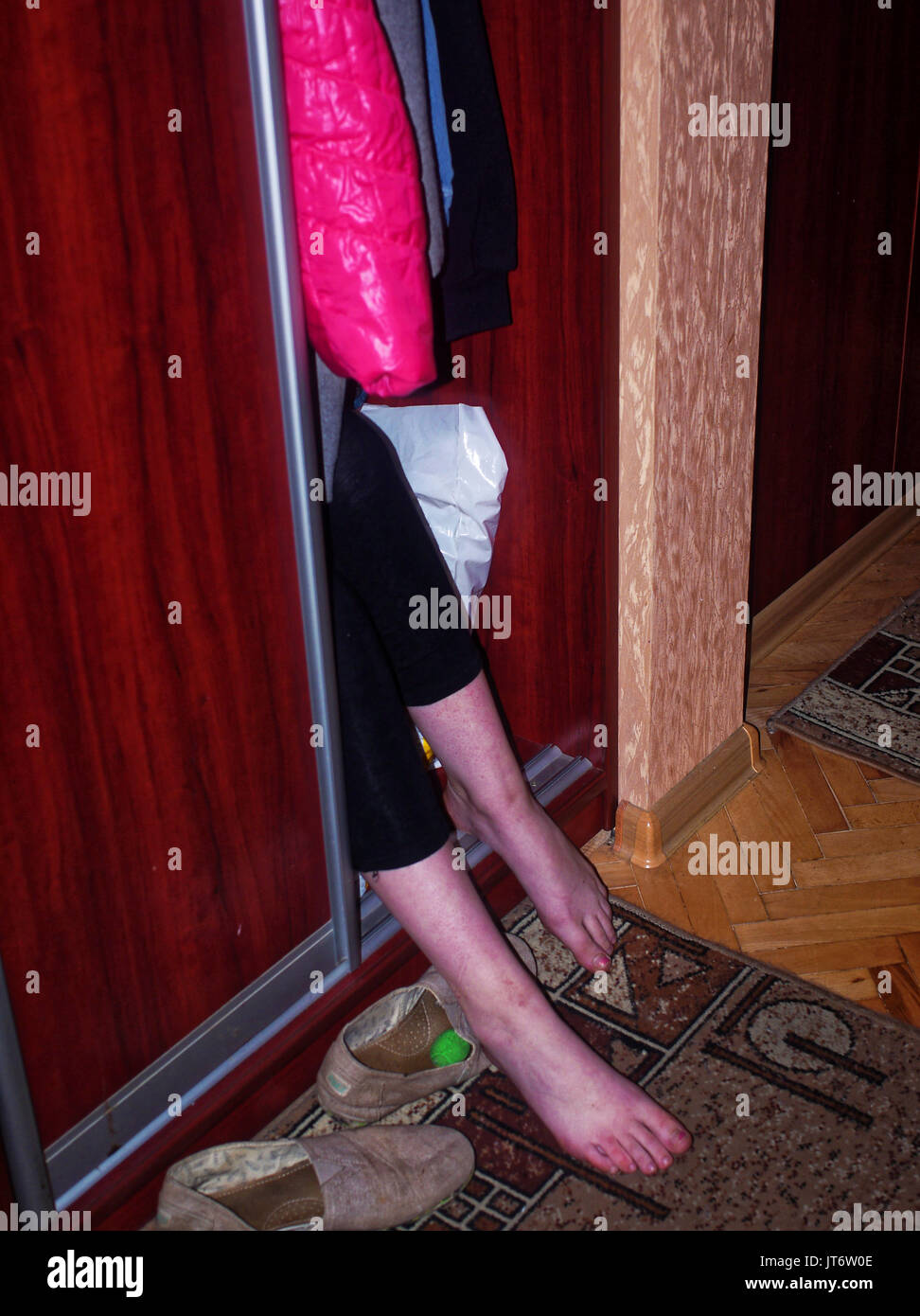 Türen wohnung  Das Mädchen Füße aus der Türen der Kleiderschrank, eine Wohnung in ...