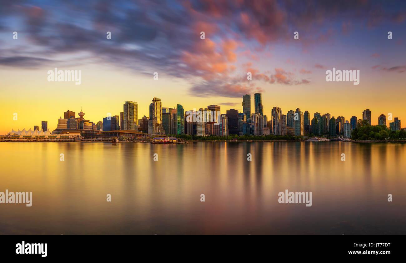 Sonnenuntergang Skyline von Vancouver Downtown, wie vom Stanley Park, British Columbia, Kanada gesehen. Lange Belichtung. Stockbild