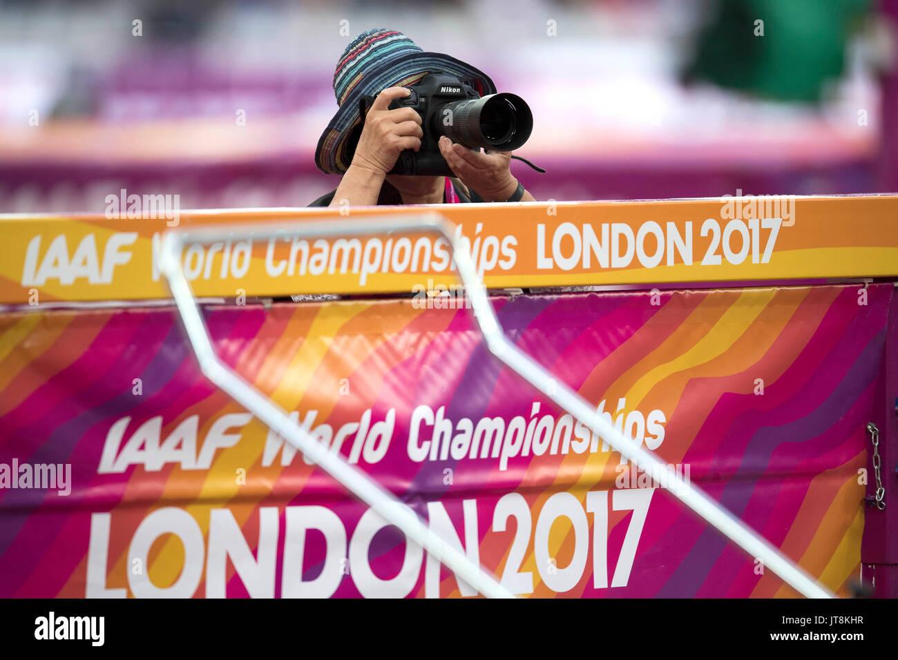 London, Grossbritannien. 05 Aug, 2017. Allgemein, Feature, Randmotiv, eine Fotografin hinter einer IAAF WM Bande, Hochsprung Siebenkampf am 05.08.2017 Wirtschaft Championships 2017 in London/Grossbritannien, vom 04.08. - 13.08.2017. | Verwendung weltweit Quelle: dpa/Alamy leben Nachrichten Stockbild