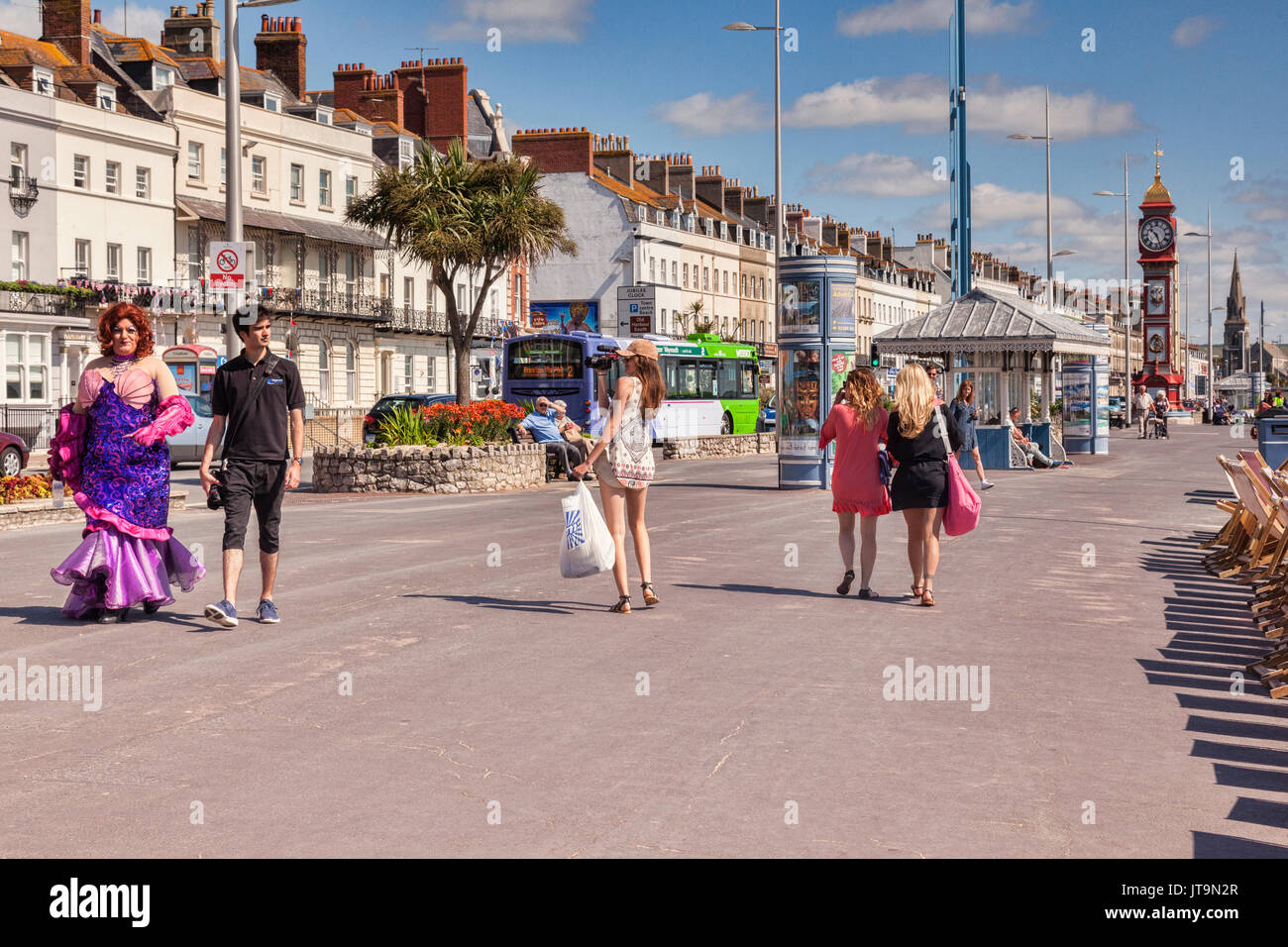 Vom 2. Juli 2017: Dorchester, Dorset, England, UK - einige der Sehenswürdigkeiten von Weymouth Promenade, einschließlich einer Pantomime Dame, einige hübsche Mädchen und die berühmte Ju Stockbild