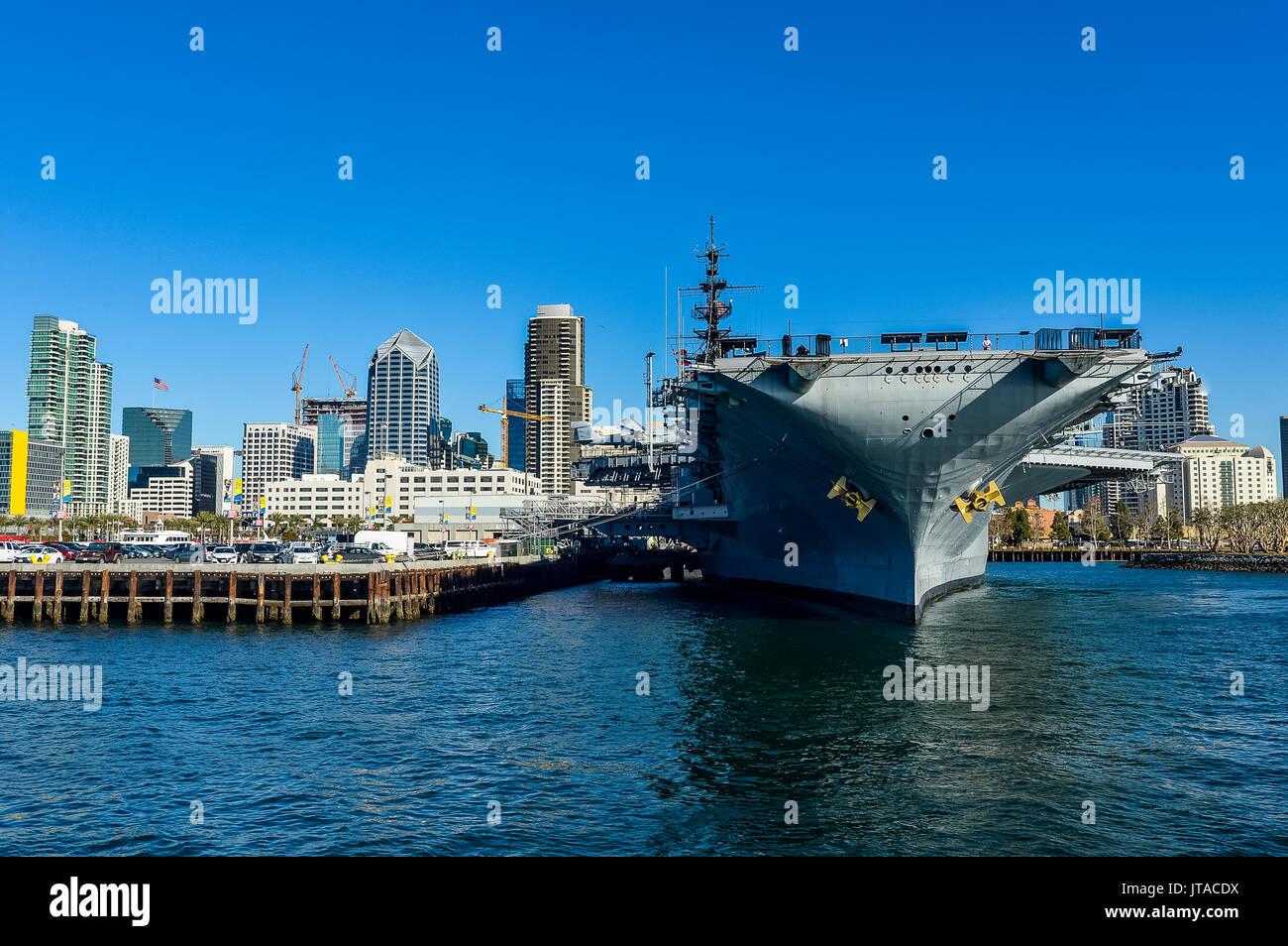 Skyline von San Diego mit USS Midway, Hafen von San Diego, Kalifornien, Vereinigte Staaten von Amerika, Nordamerika Stockbild