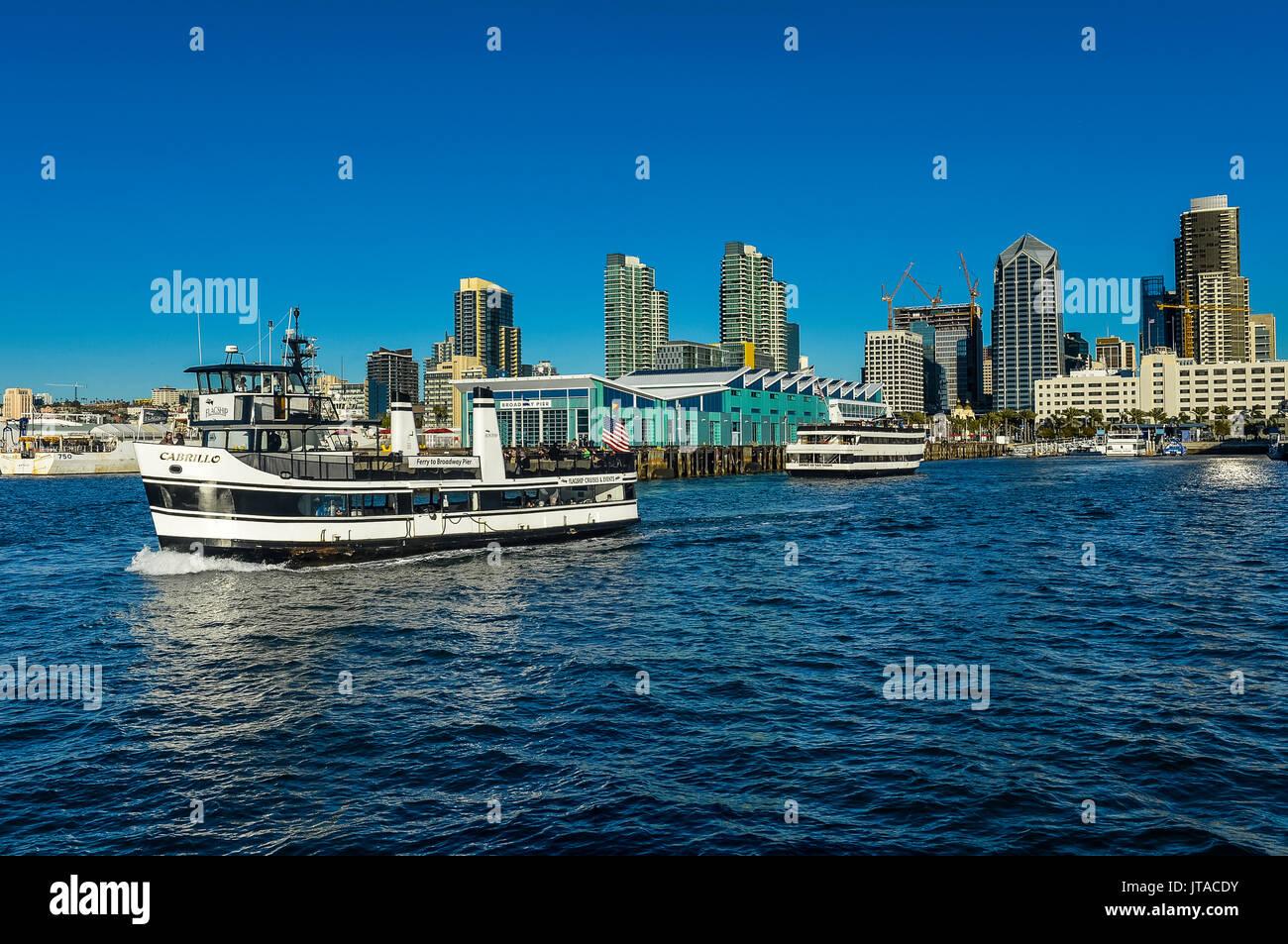 Kleine touristische Kreuzfahrtschiff mit der Skyline im Hintergrund, Hafen von San Diego, Kalifornien, USA, Nordamerika Stockbild