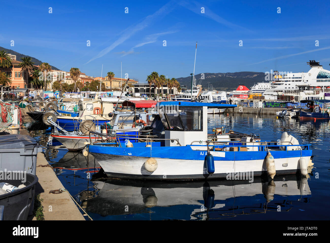 Alter Hafen mit Fischerbooten, Kreuzfahrtschiffe und Fähren, Blick auf die Berge in der Ferne, Ajaccio, Korsika, Frankreich Stockbild