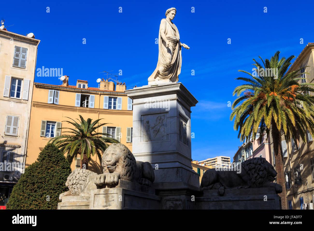 Statue von Napoleon als römischer Kaiser, mit Löwen und Palmen, pastellfarbenen Gebäuden, Place Foch, Ajaccio, Korsika, Frankreich Stockbild