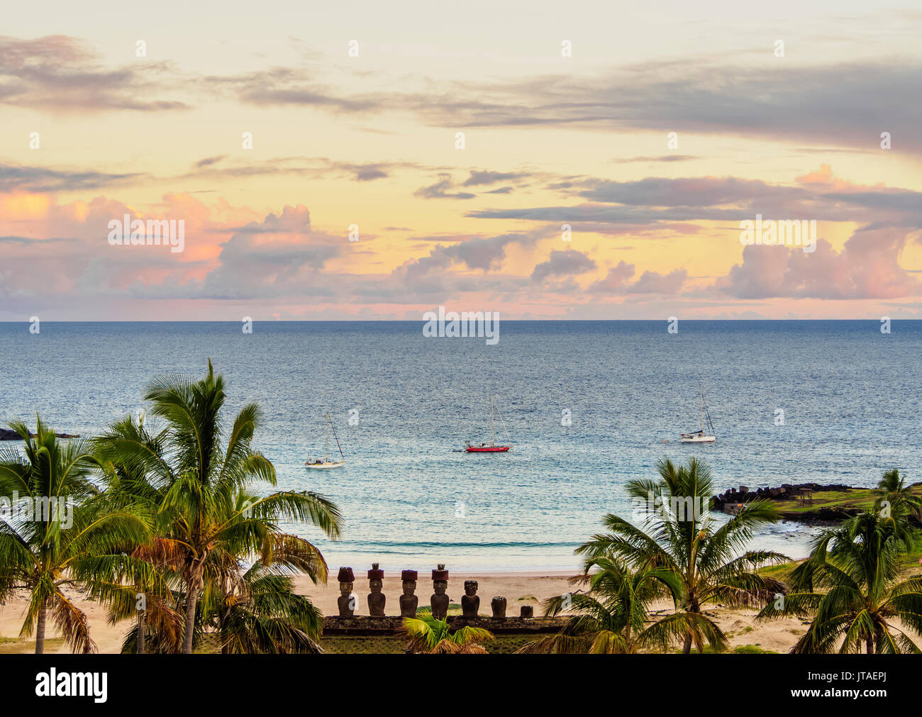 Moais in Ahu Nau Nau von der Anakena Strand bei Sonnenaufgang, Erhöhte Ansicht, Rapa Nui Nationalpark, UNESCO, Easter Island, Chile Stockbild