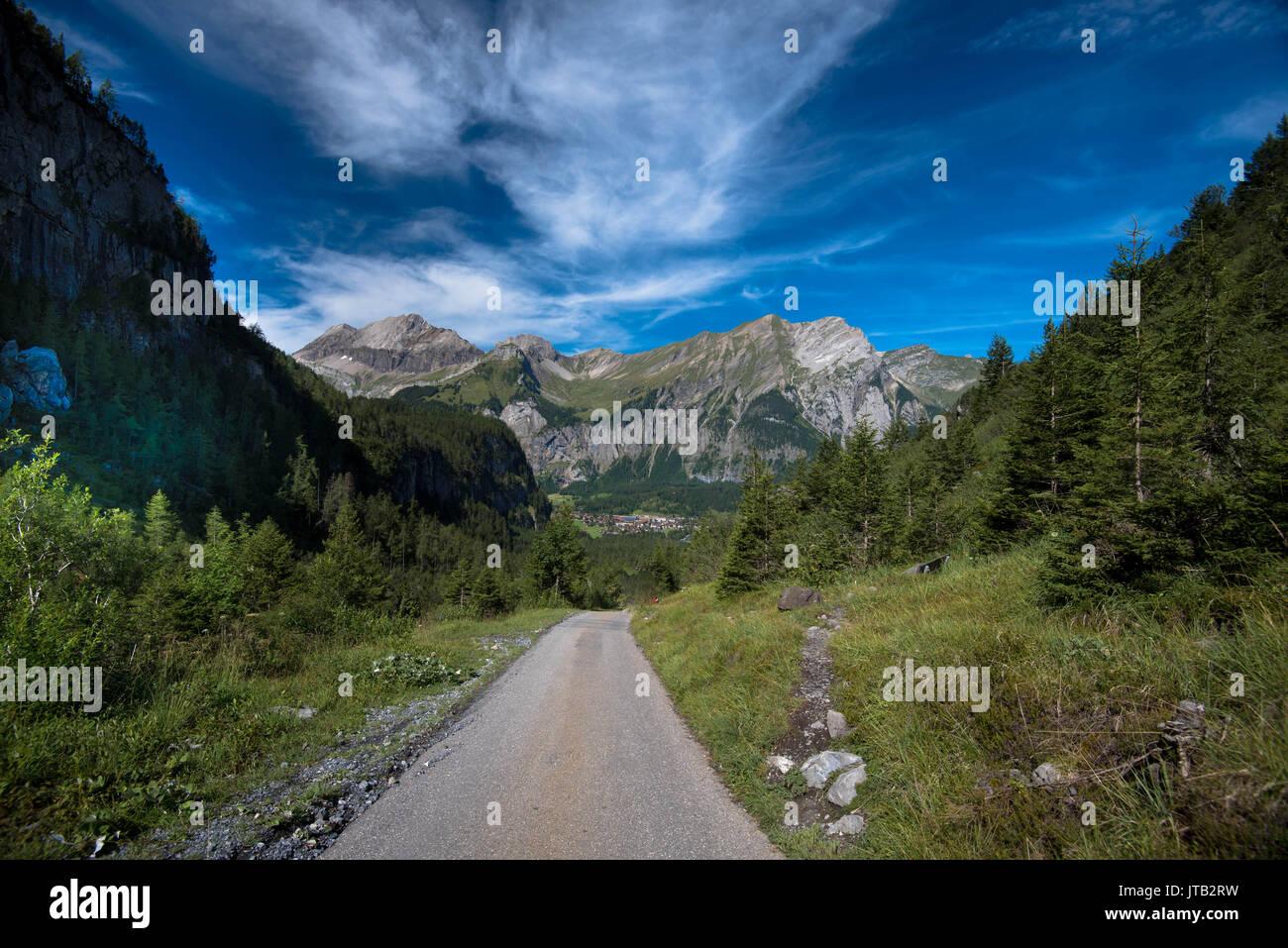 Straße nach Kandersteg in der Schweiz Stockbild