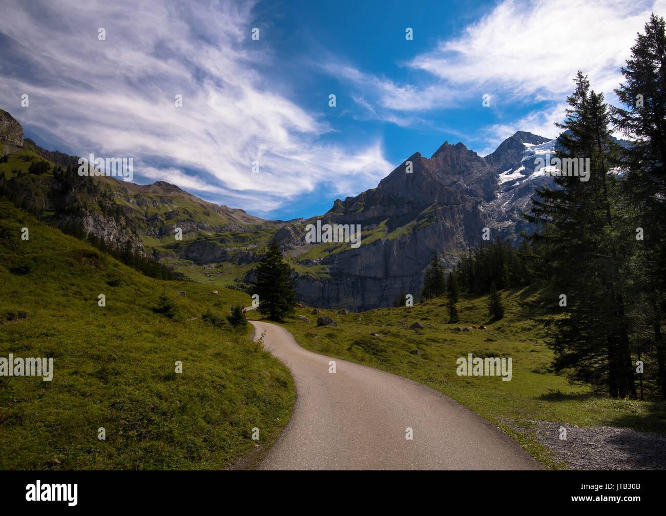 Pfad in den Alpen bei Kandersteg Stockbild