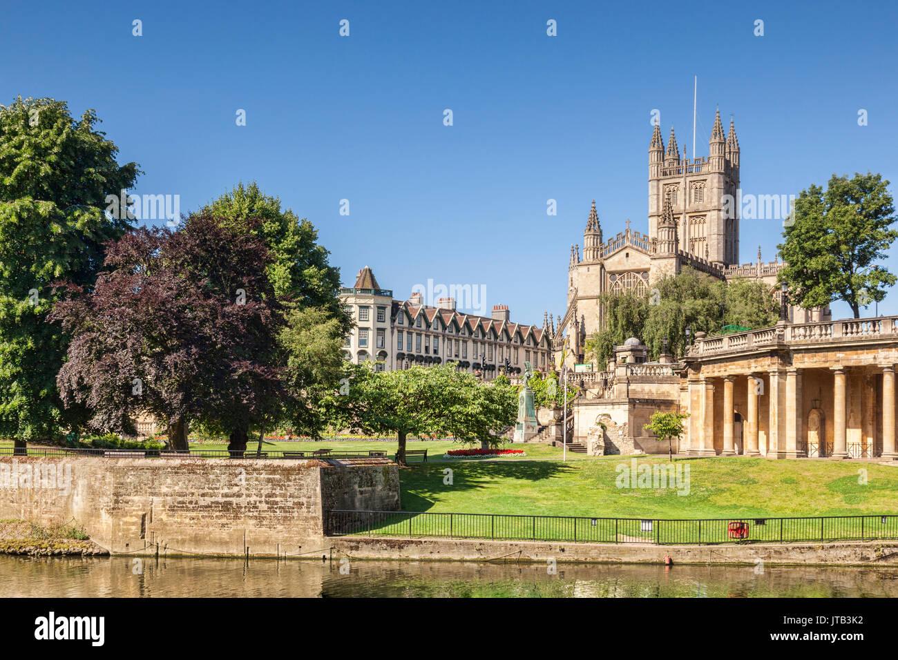 Die Abtei von Bath und der Orangerie am Ufer des Flusses Avon, an einem schönen Sommermorgen mit perfekt klaren blauen Himmel. Badewanne, Somerset, England, Großbritannien Stockbild