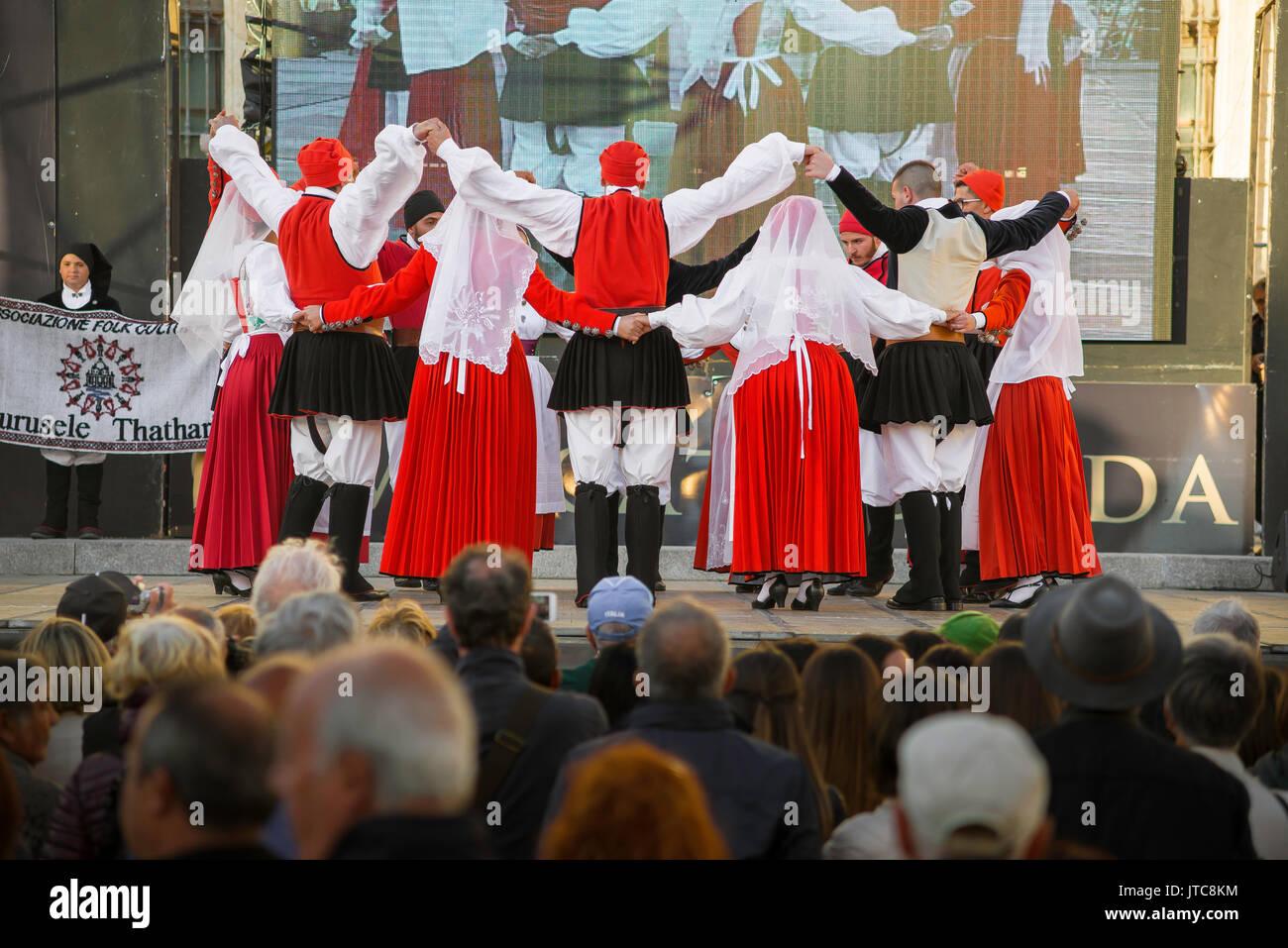 Sardinien Folk Festival, eine Volkstanzgruppe im La Cavalcata Festival in Sassari, Sardinien teilnehmen. Stockbild