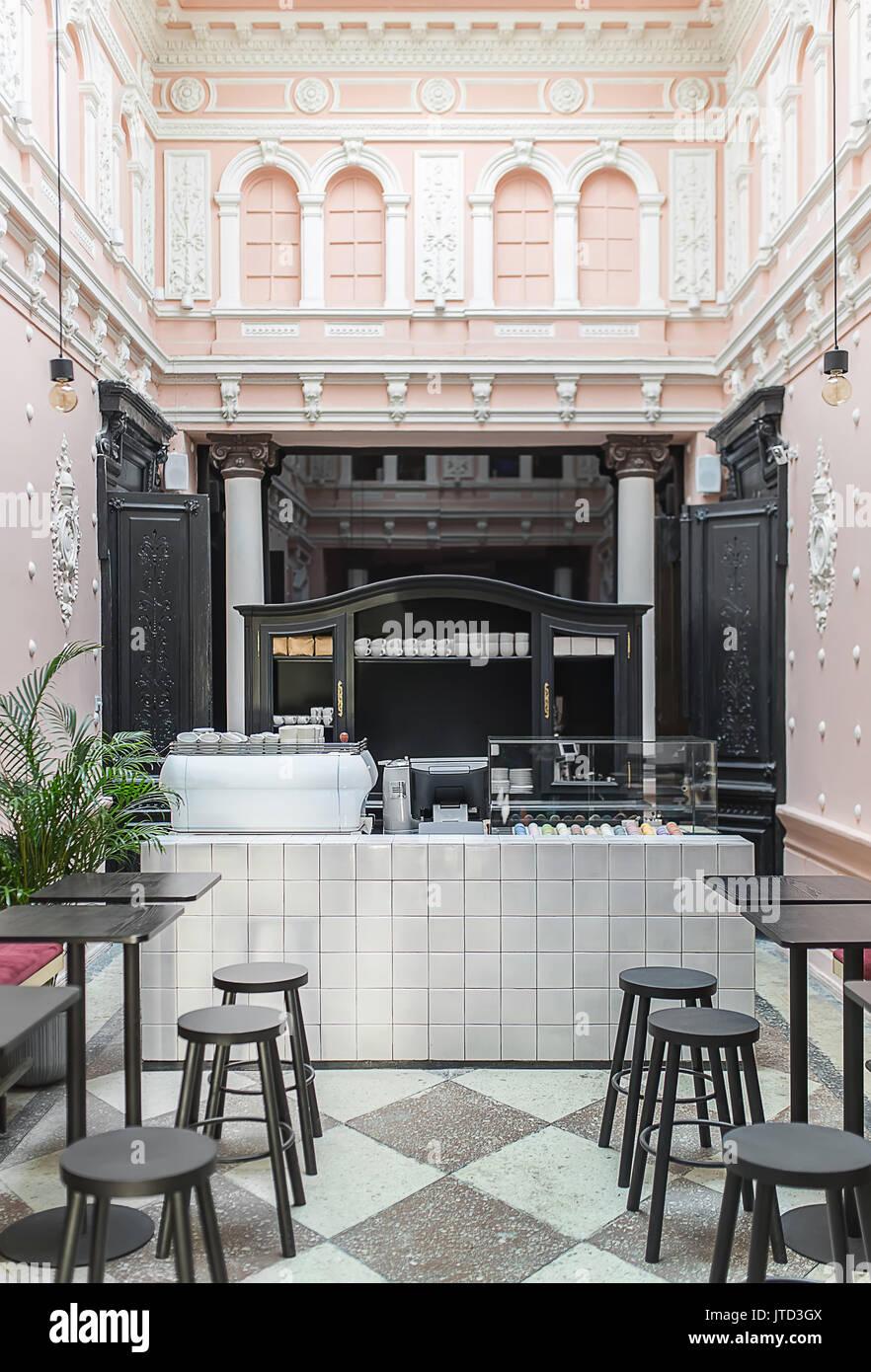 Weißes Gestell Mit Kaffee Tee Und Kuchen In Der Antiken Restaurant - Fliesen für restaurant küche