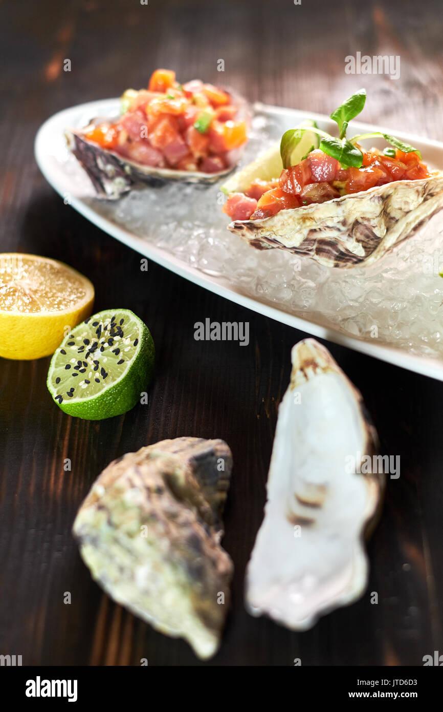 Köstliche rote Fische, die in den Schalen von Krustentieren. Mit Zitrone und Limette jpg Stockbild
