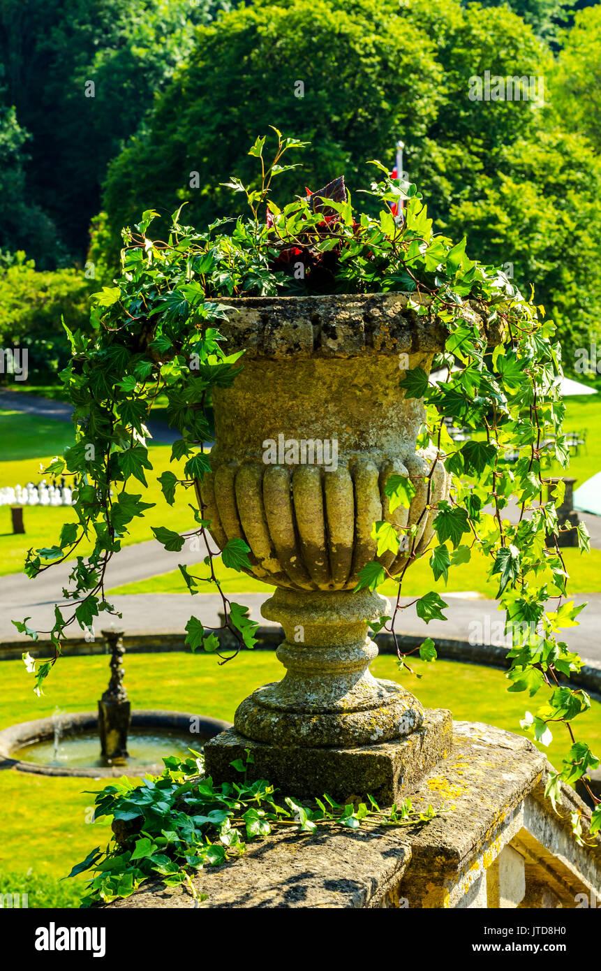 Konkrete Blumentöpfe Im Garten Auf Einem Podest Stilisierten Antiken, Ein  Ort Der Ruhe, Praktische Urban, Blumentopf