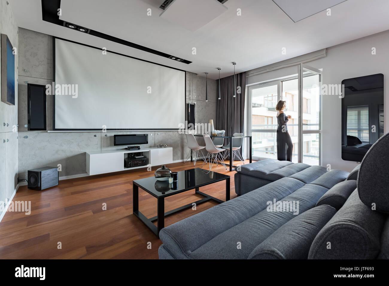 Grau und Weiß Wohnzimmer mit Sofa, Tisch, Balkon und ...
