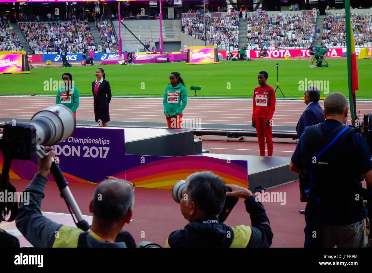 Tirunesh Dibaba aus Äthiopien, Silber, Almaz Ayana von Äthiopien, Gold und Agnes Jebet Tirop aus Kenia, Bronze bei der IAAF World Championships in London 2017. Stockbild