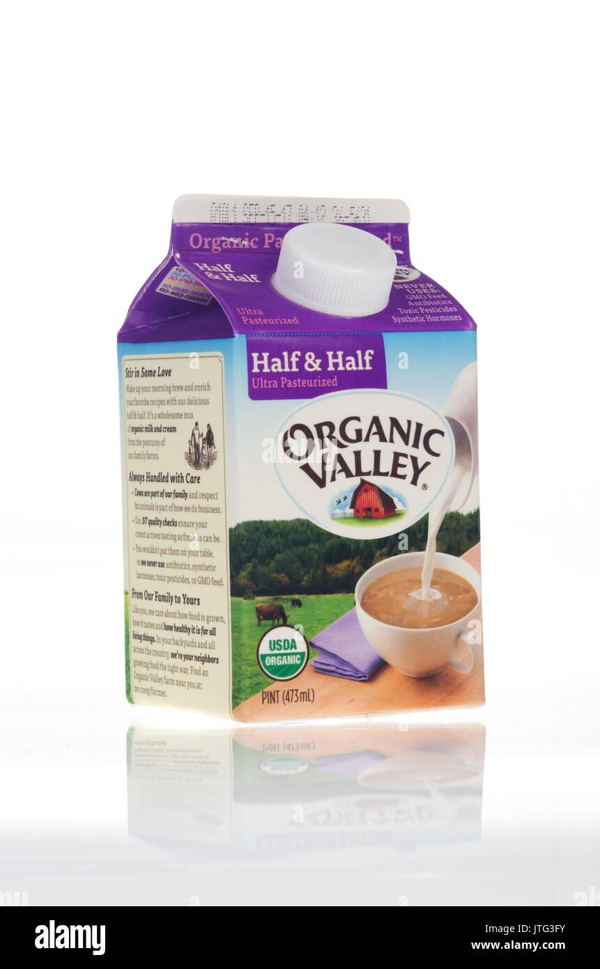 Pint Karton von Organic Valley Halb und Halb Creme auf weißem Hintergrund, ausgeschnitten. Stockbild