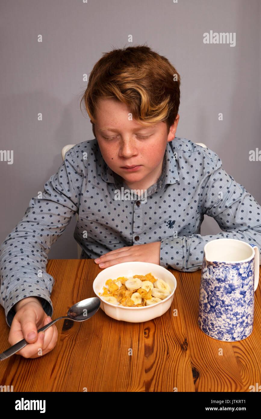 11-jähriger Junge wollte nicht das Frühstück zu essen Stockbild