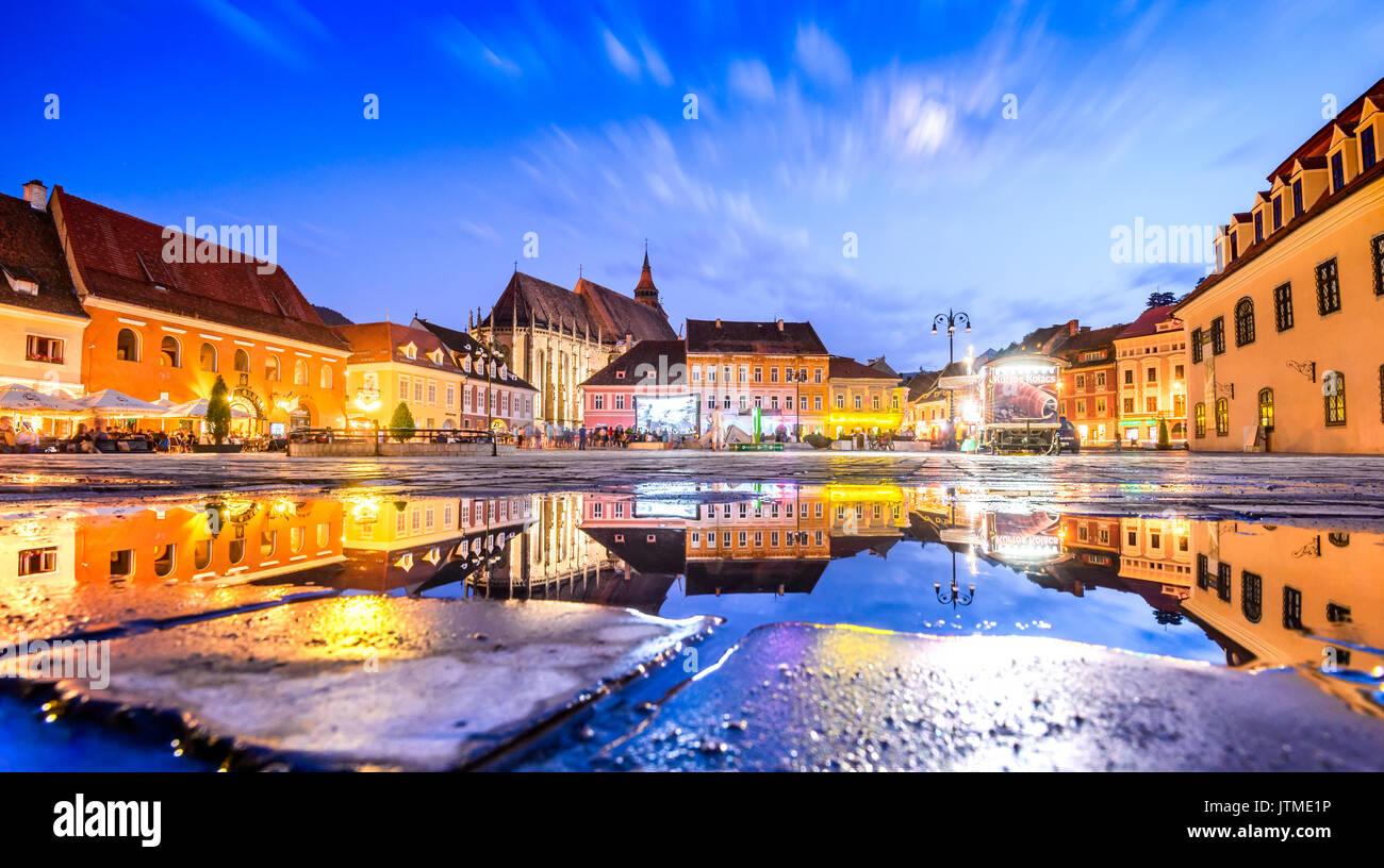Brasov, Rumänien - 29 Juni 2017: Brasov, Siebenbürgen, Rumänien - twilight Bild mit Wasser Reflexion von Rat haus, mittelalterlichen Innenstadt. Stockbild
