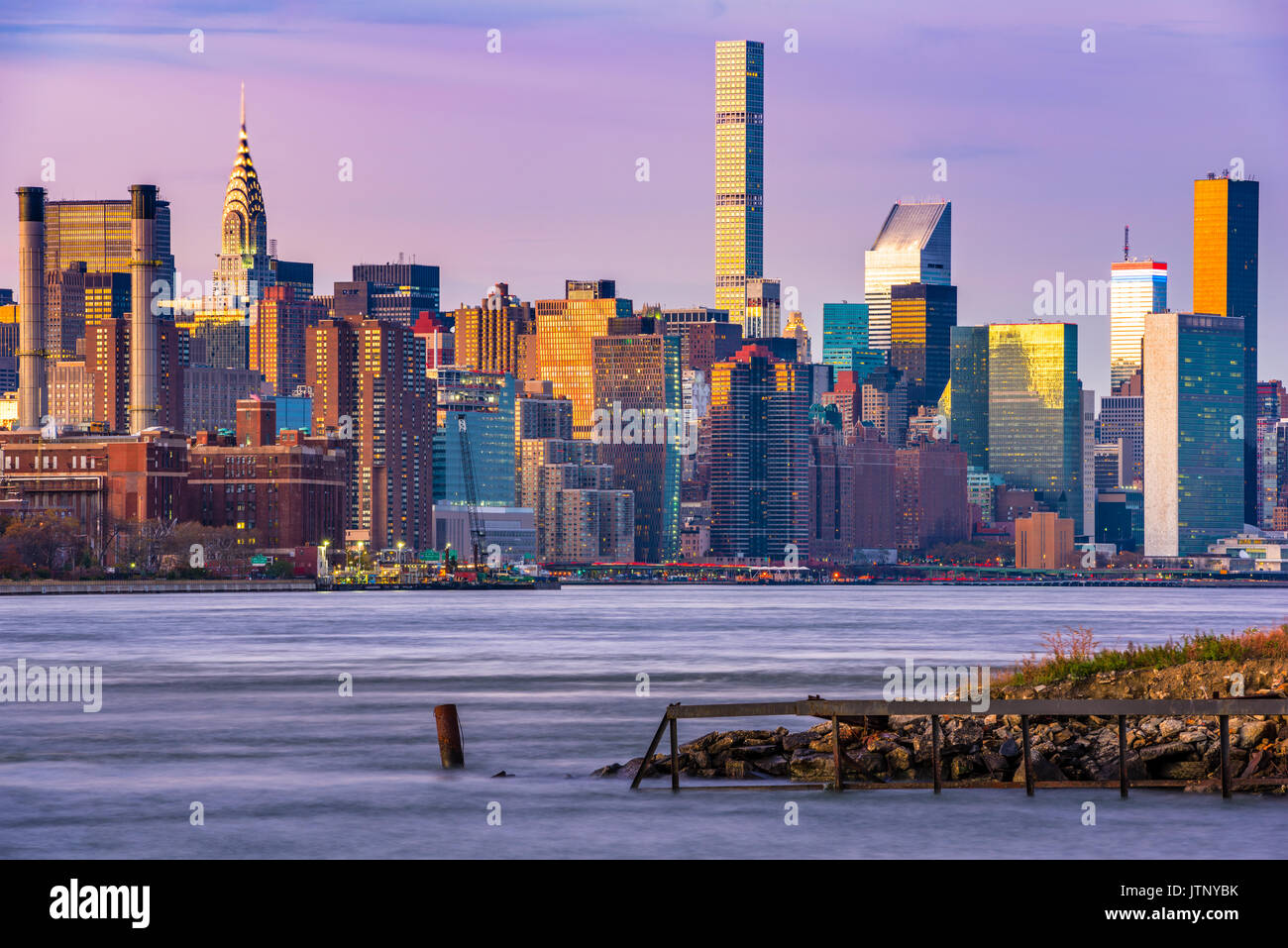 New York City Skyline auf dem East River. Stockbild