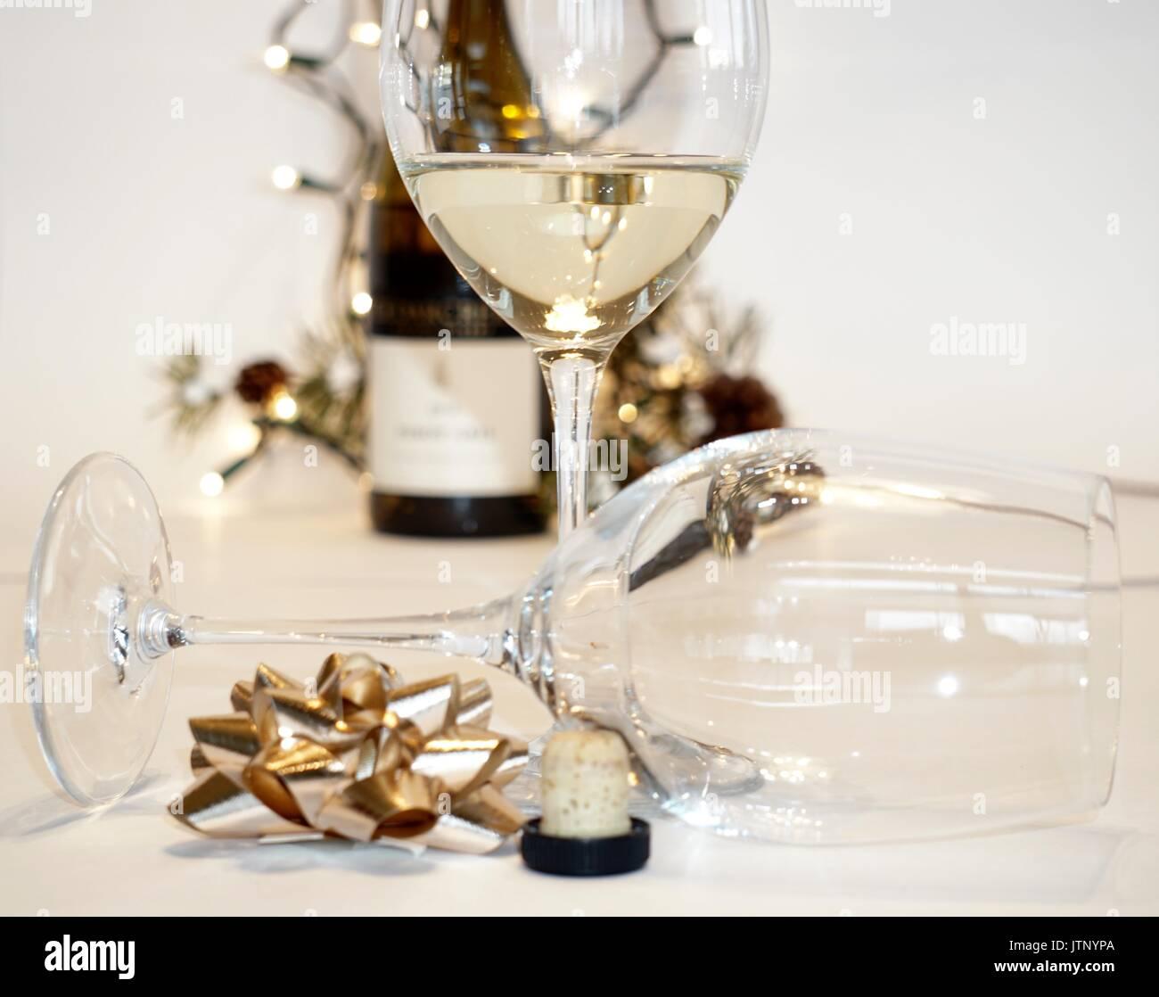 Zwei Weingläser mit Weißwein, Flasche und Weihnachtsdekor Stockfoto ...