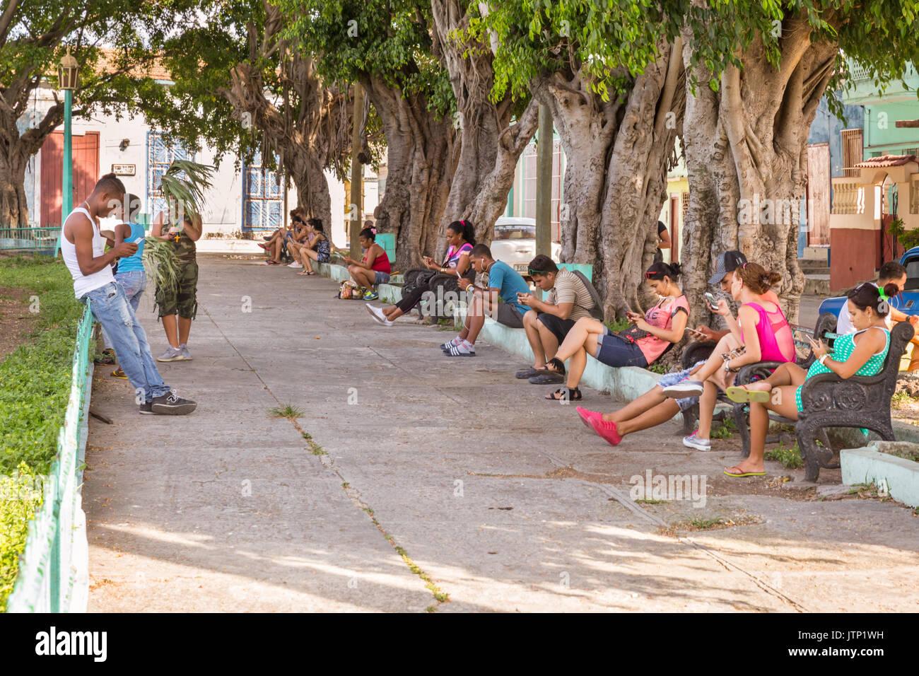 Kubaner mit Mobiltelefonen versuchen Empfang in wiifi Hotspot in der lokalen Park, in Regla, Havanna, Kuba Stockbild