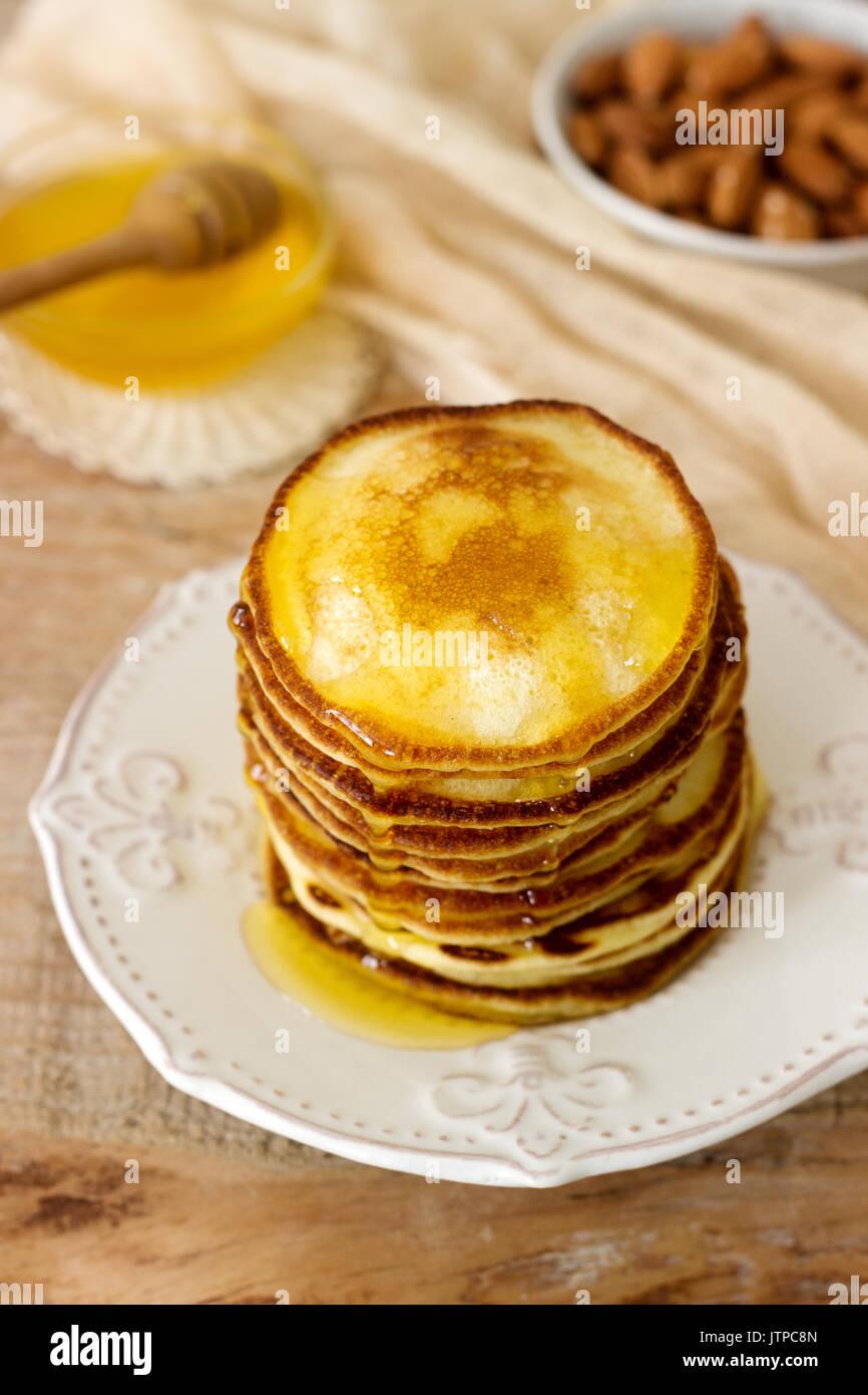 Hausgemachte Pfannkuchen mit Honig und Nüssen, Frühstück. Stockfoto