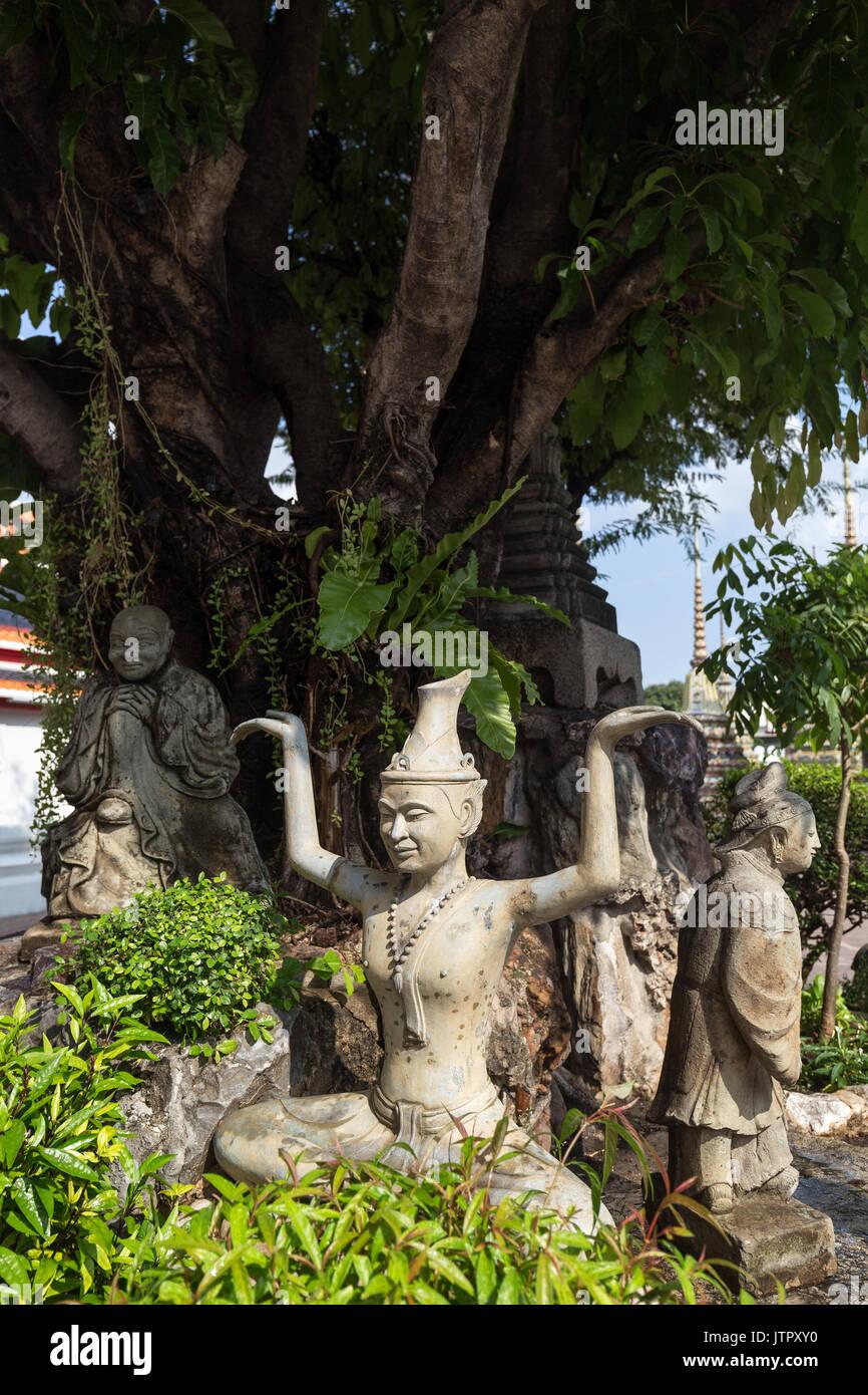 Drei Statuen in der Tempelanlage Wat Pho (Po) in Bangkok, Thailand. Stockfoto