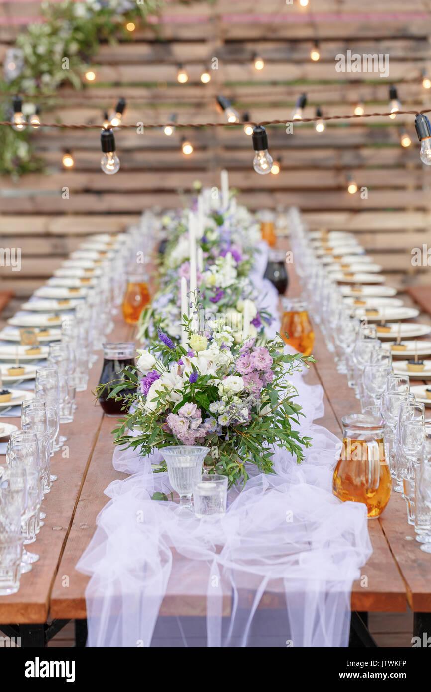 Gläser auf den festlich gedeckten Tisch. Hochzeitstisch Einrichtung Konzept. Tabelle Einstellung im klassischen Stil, setout. Fine Art. Stockbild