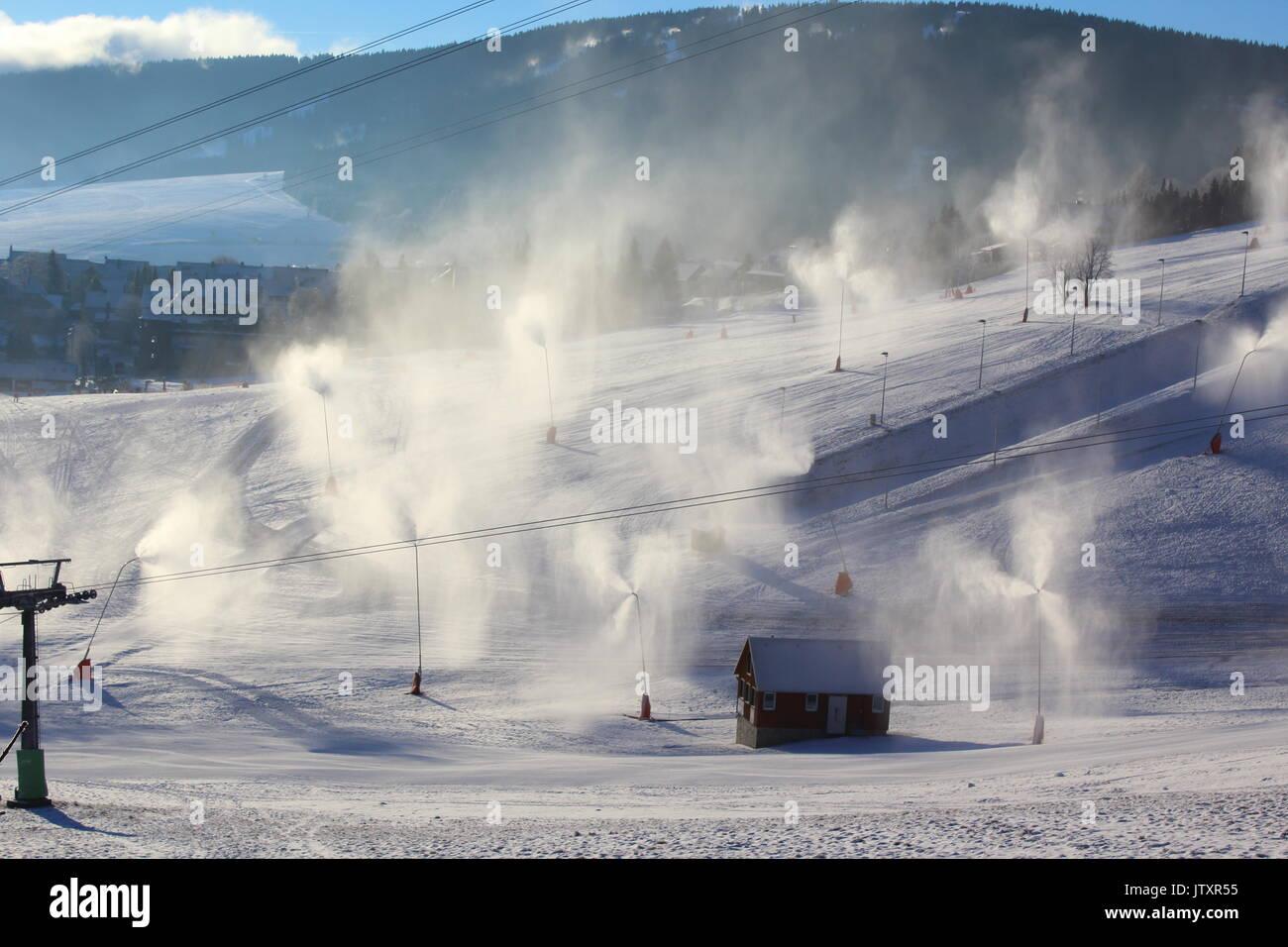Beschneiung mit Schneekanonen und Schneelanzen bei Ski Resort in Oberwiesenthal, Deutschland Stockbild