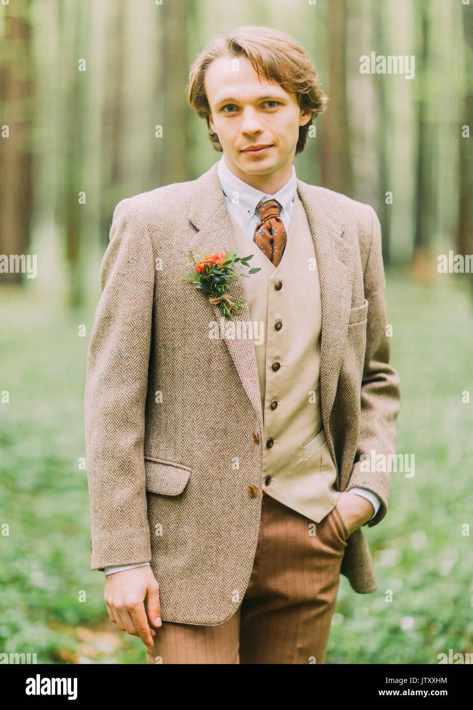Mann In Der Vintage Anzug Mit Mini Blumenstrauss Ist Auf Der Jacke