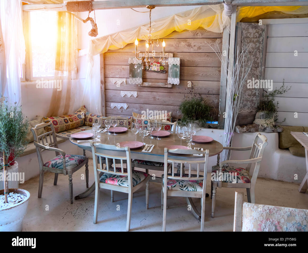 Ein Kleines Esszimmer In Einem Rustikalen Haus In Einem Alten Stil