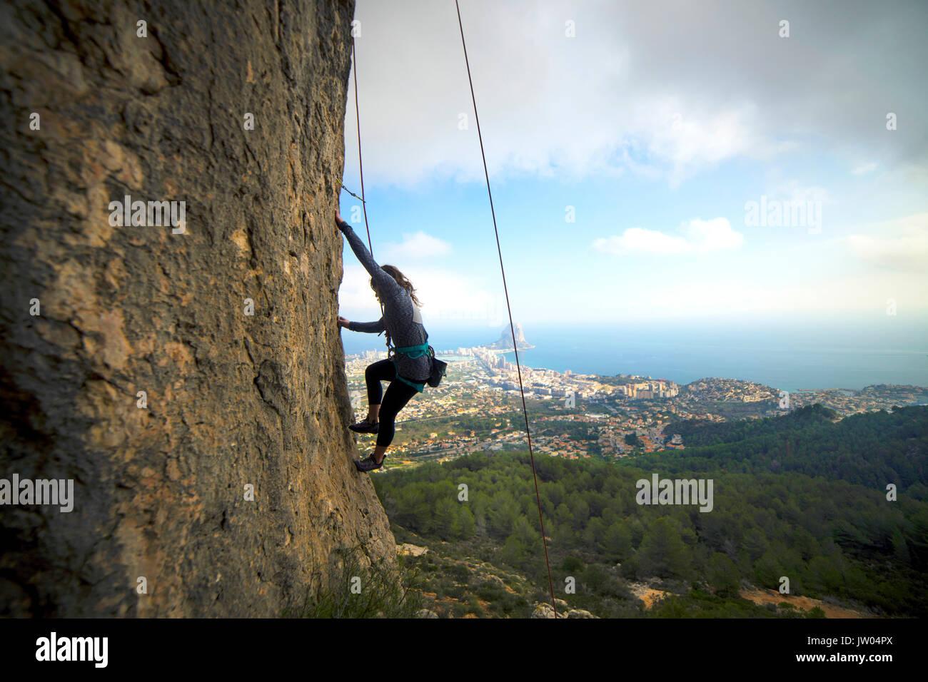 Kletterausrüstung In Der Nähe : Eine frau top rope klettern einer route an olta einen