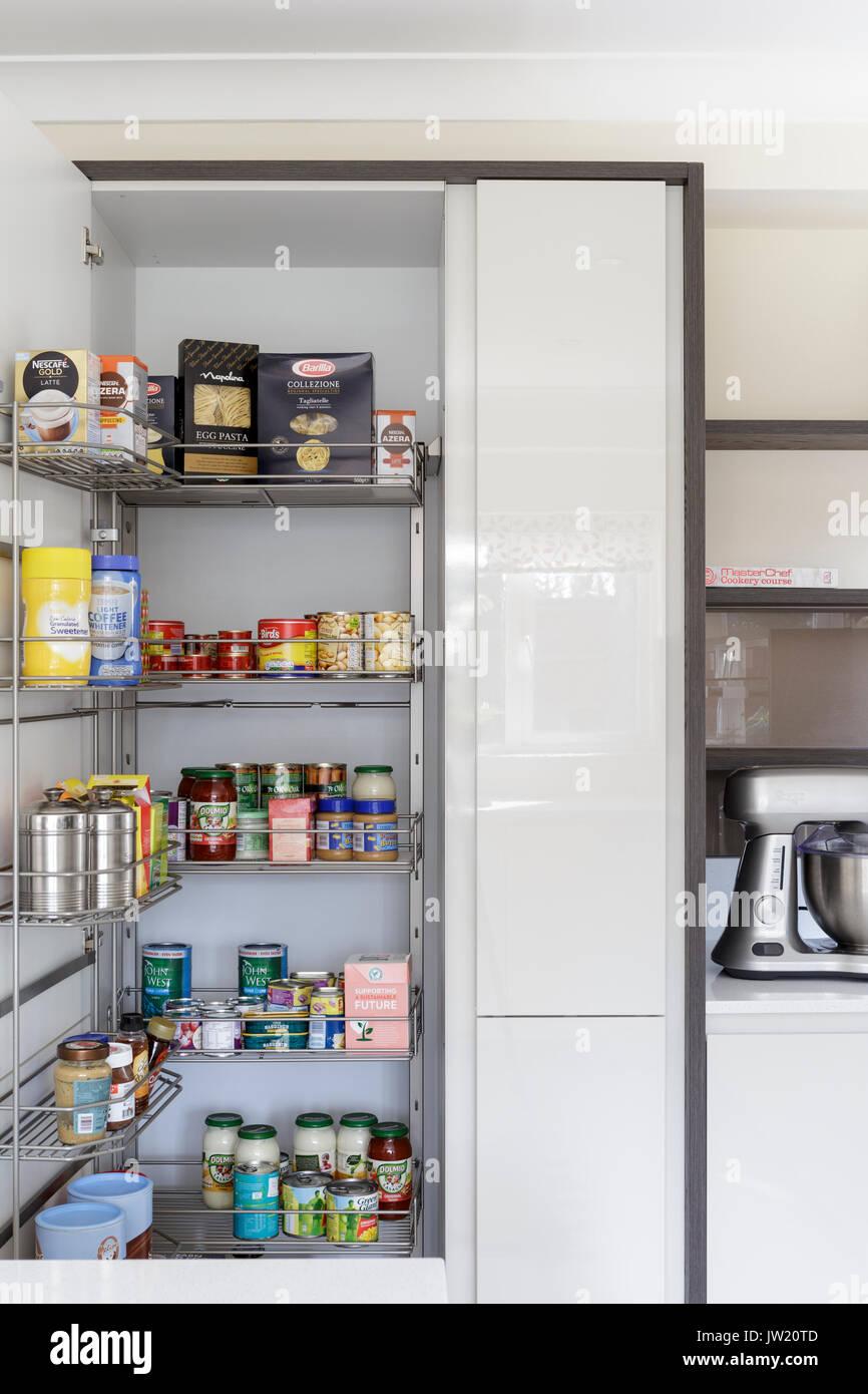 Speisekammer Einheit in der modernen Küche Stockfoto, Bild ...