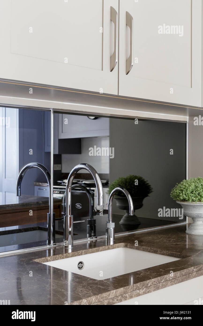 Kleine \'Butler\' Waschbecken in der modernen Küche Stockfoto, Bild ...