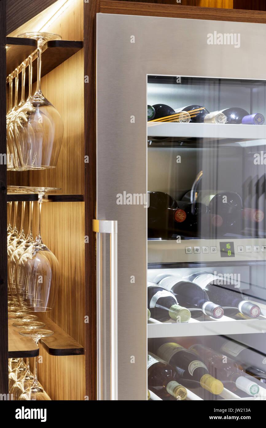 Wein Kühlschrank in der modernen Küche Stockfoto, Bild ...