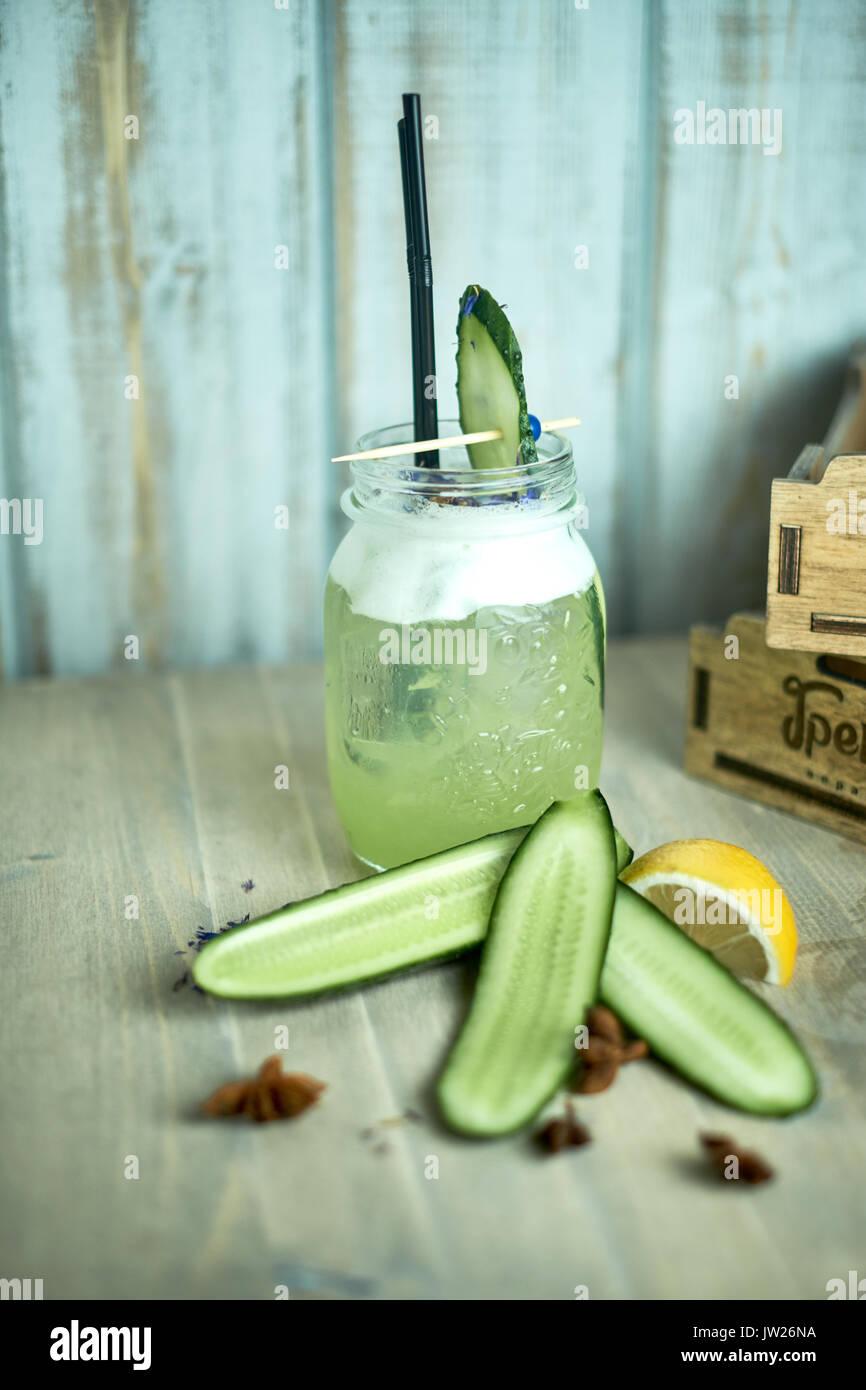 Hausgemachte Gurke und Minze Limonade in einem Glas auf einem blauen Hintergrund Holz.jpg Stockbild