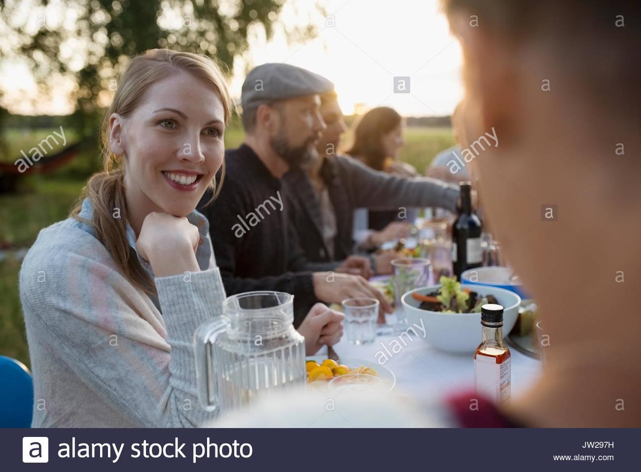 Lächelnde Frau mit Freund, Garden Party Abendessen genießen. Stockbild