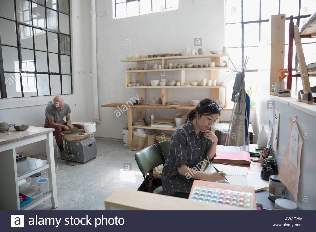 Künstler skizzieren und mit Keramik Rad in art studio Stockbild