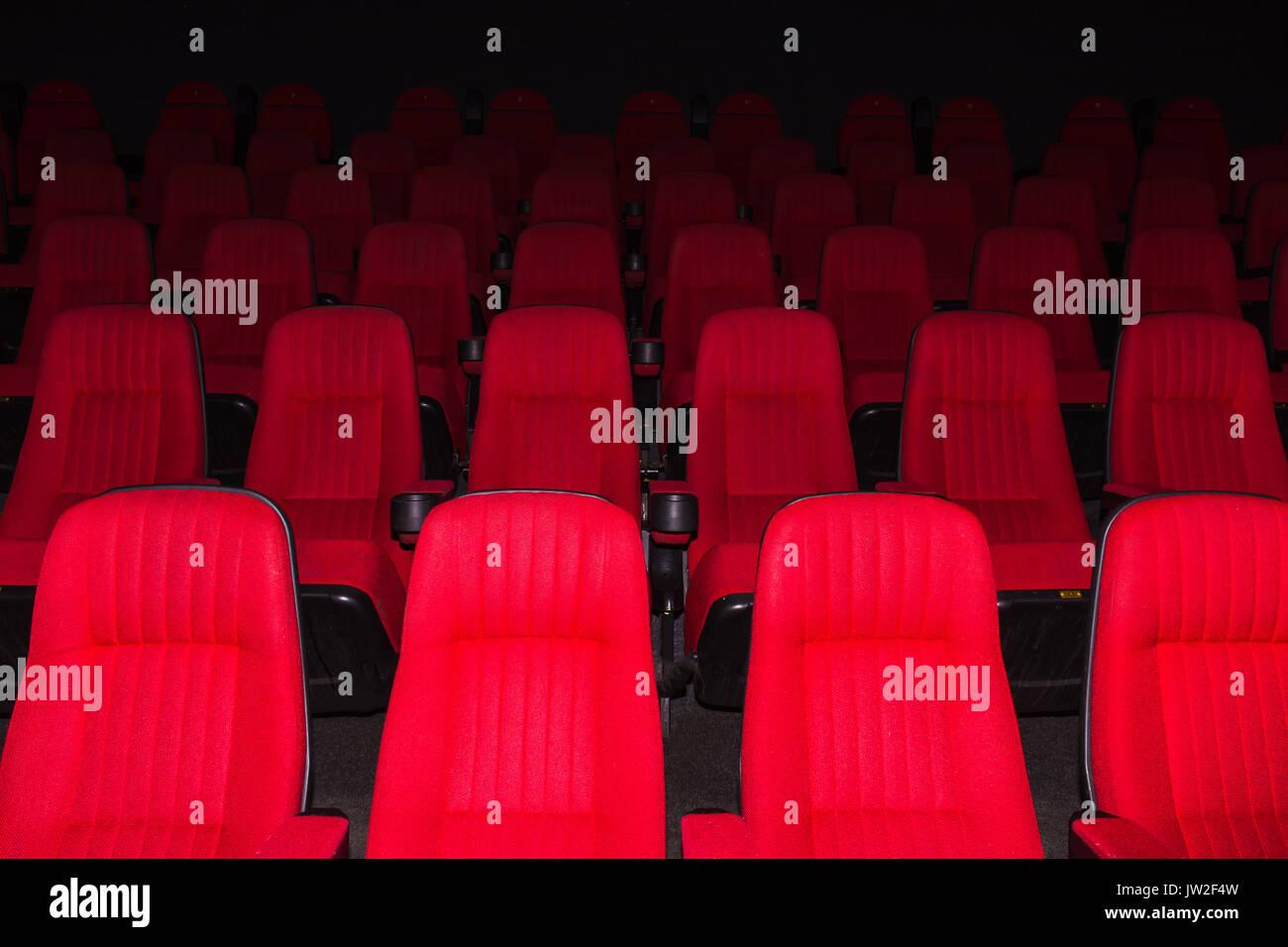 Leere Kinosaal mit roten Sitze Stockbild
