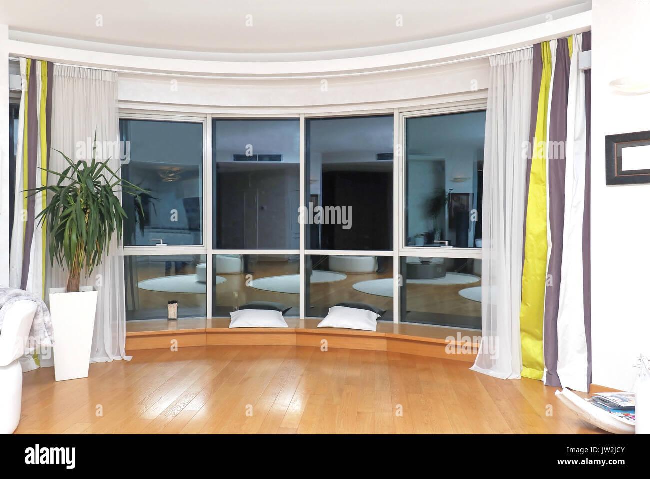 Bezaubernd Glaswand Wohnzimmer Ideen Von Modernes Einrichtung Mit Großen Spiegelbild Im Fenster