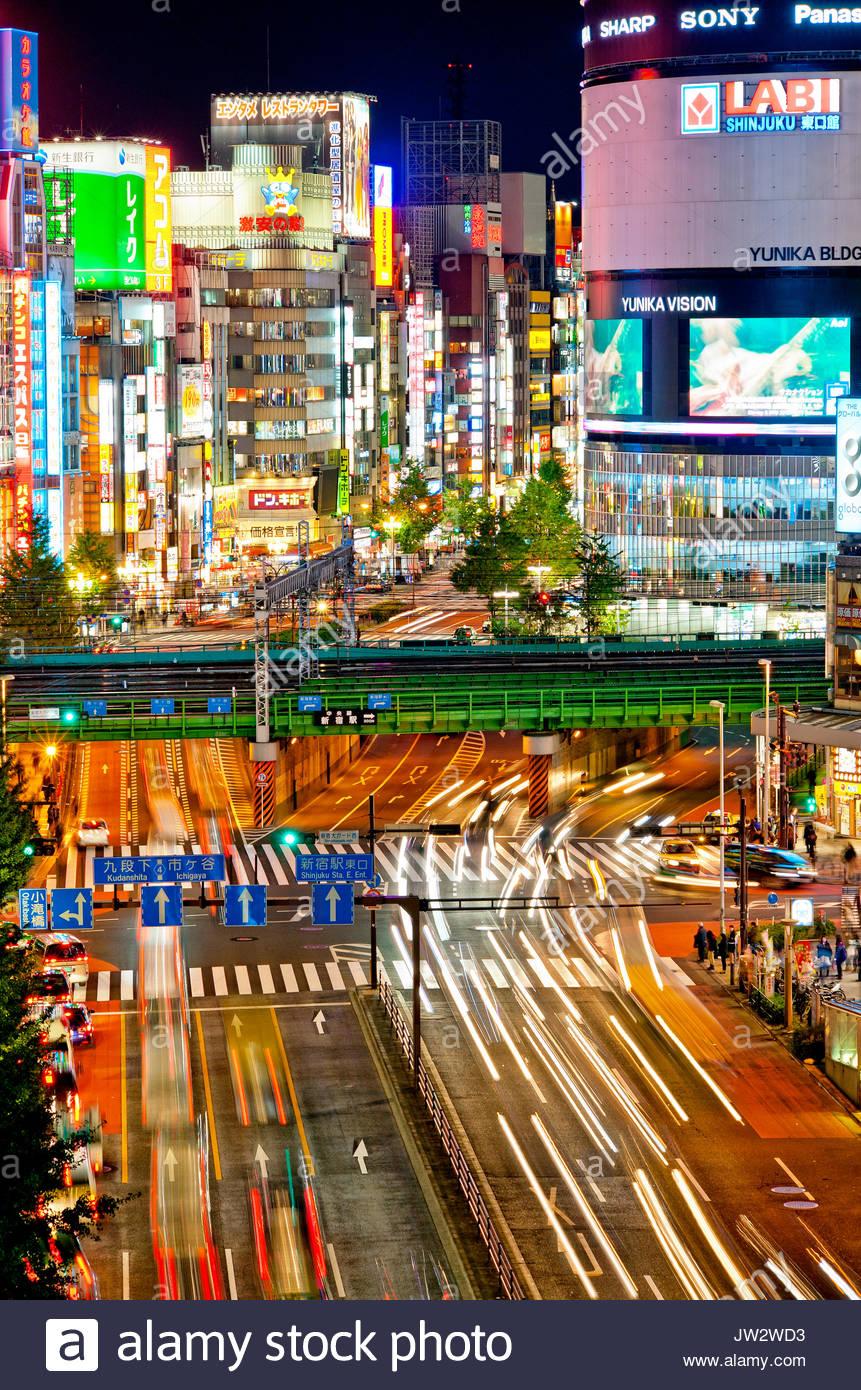 Shinjuku Tokio Skyline Japan Yasukuni Dori Straße Kabukicho bei Nacht. Stockbild