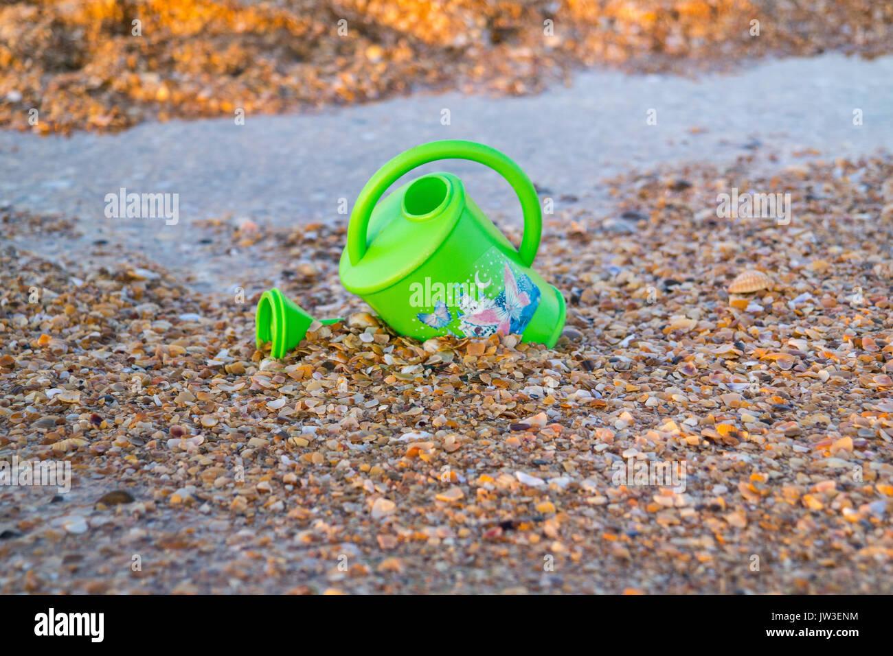 Kinder Spielzeug für Blumen gießen am Strand Stockbild