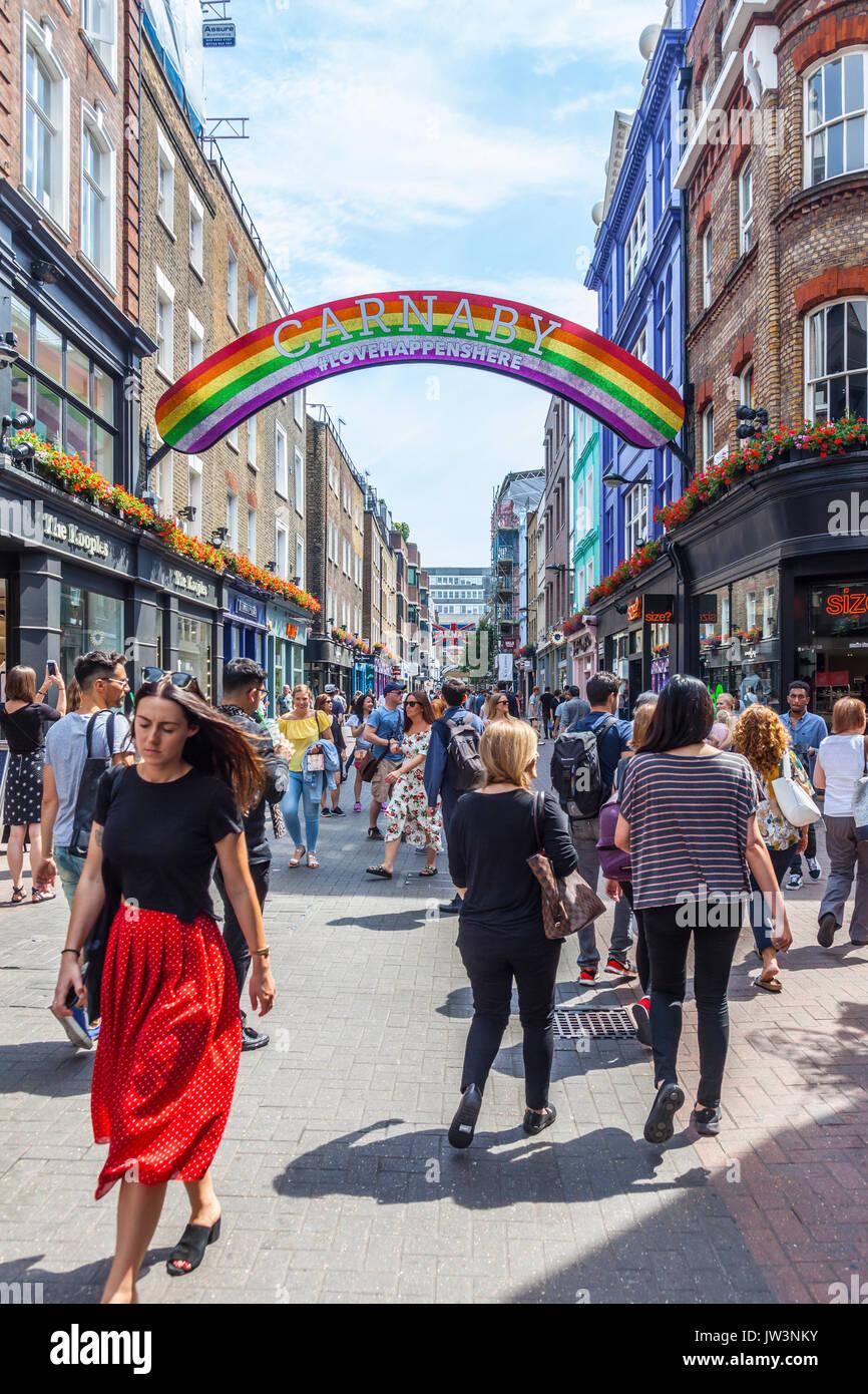 Käufer und Touristen in der Carnaby Street, die berühmte Fußgängerzone Street in Soho, Stadt Wwestminster, London, England, Großbritannien Stockbild