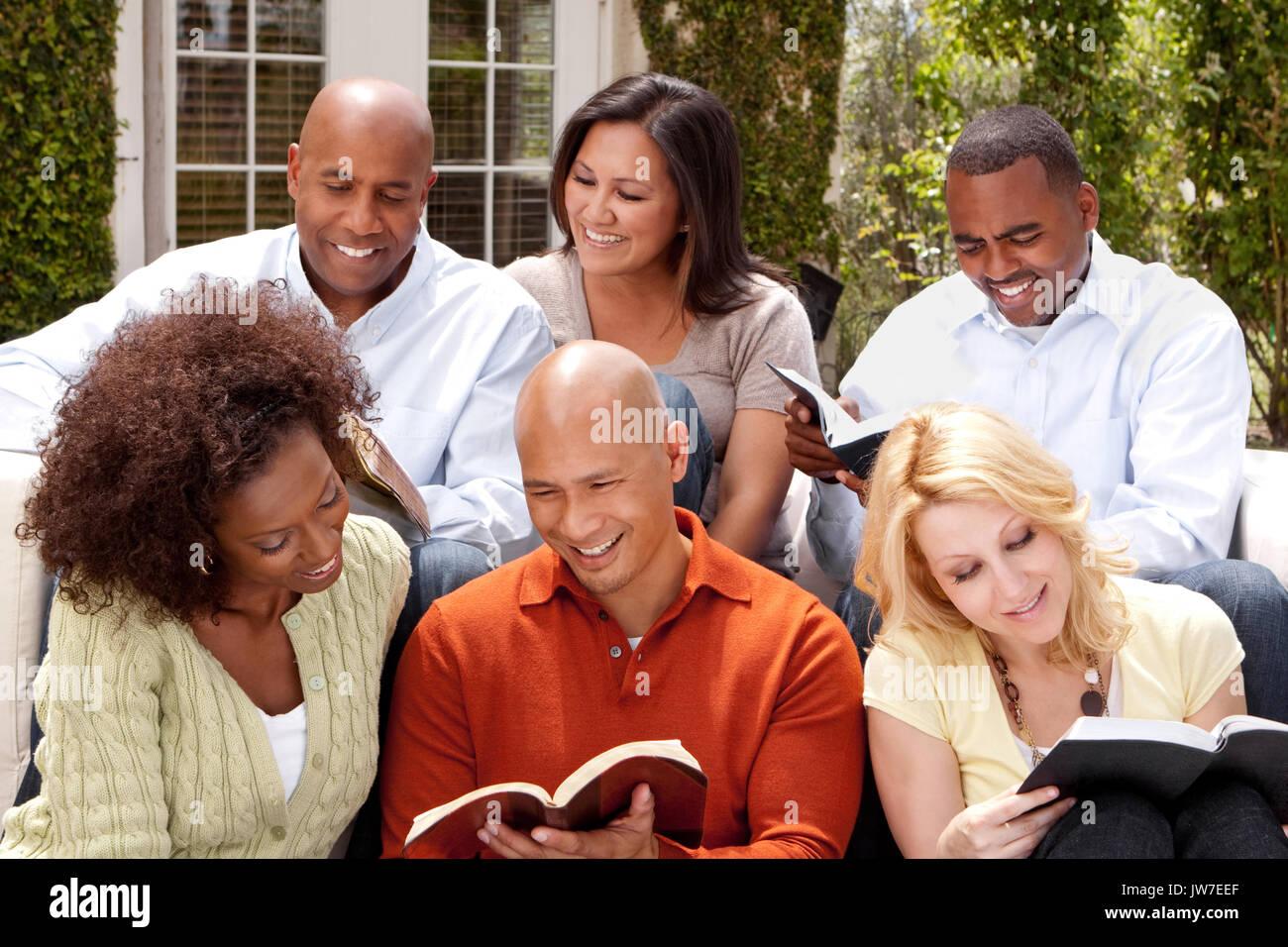 Women's kleine Gruppe die Bibel zu studieren. Stockbild