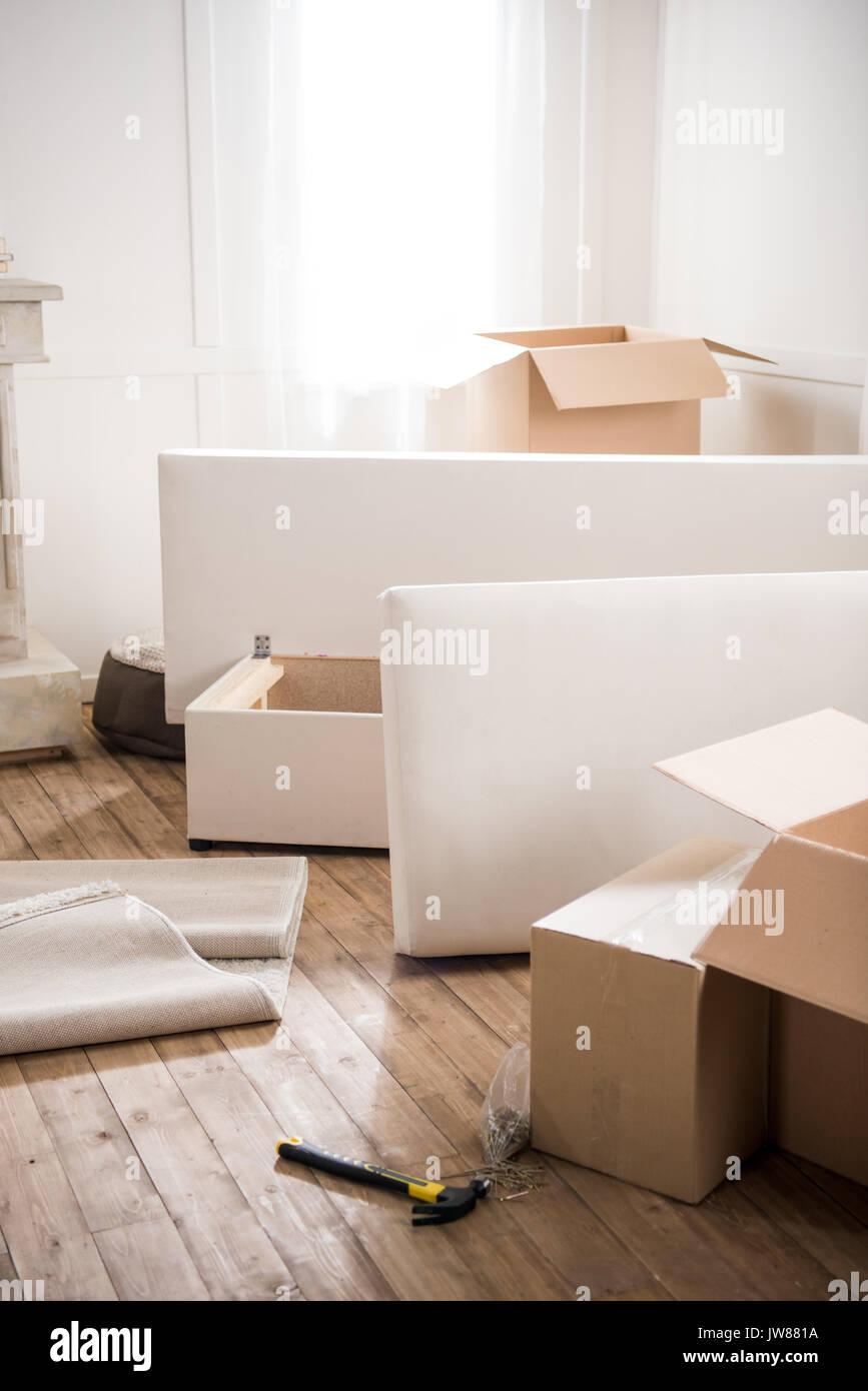 Kartons Möbel Und Hammer Mit Nägeln In Den Leeren Raum Umzug