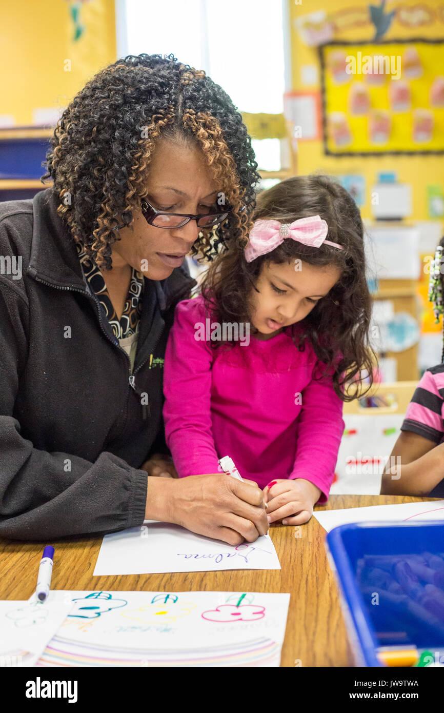 Charlotte, North Carolina - ein Lehrer arbeitet mit einem Mädchen im Kopf Beginnen am Bethlehem Center. Das Zentrum Stockfoto