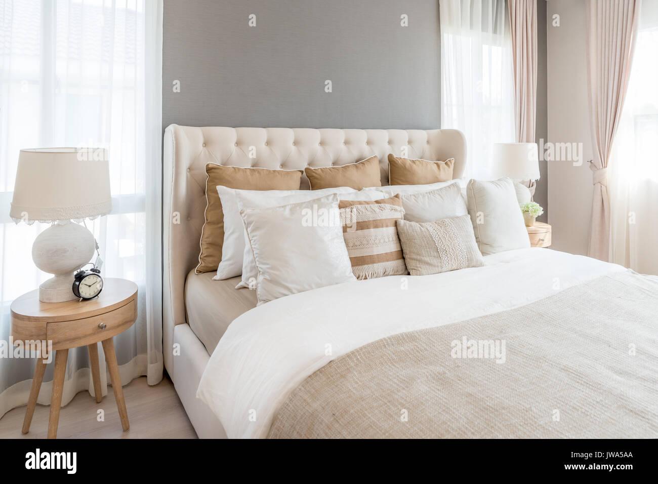 Schon Schlafzimmer In Warmen Hellen Farben. Großes Bequemes Doppelbett Im  Eleganten Klassischen Schlafzimmer Zu Hause.