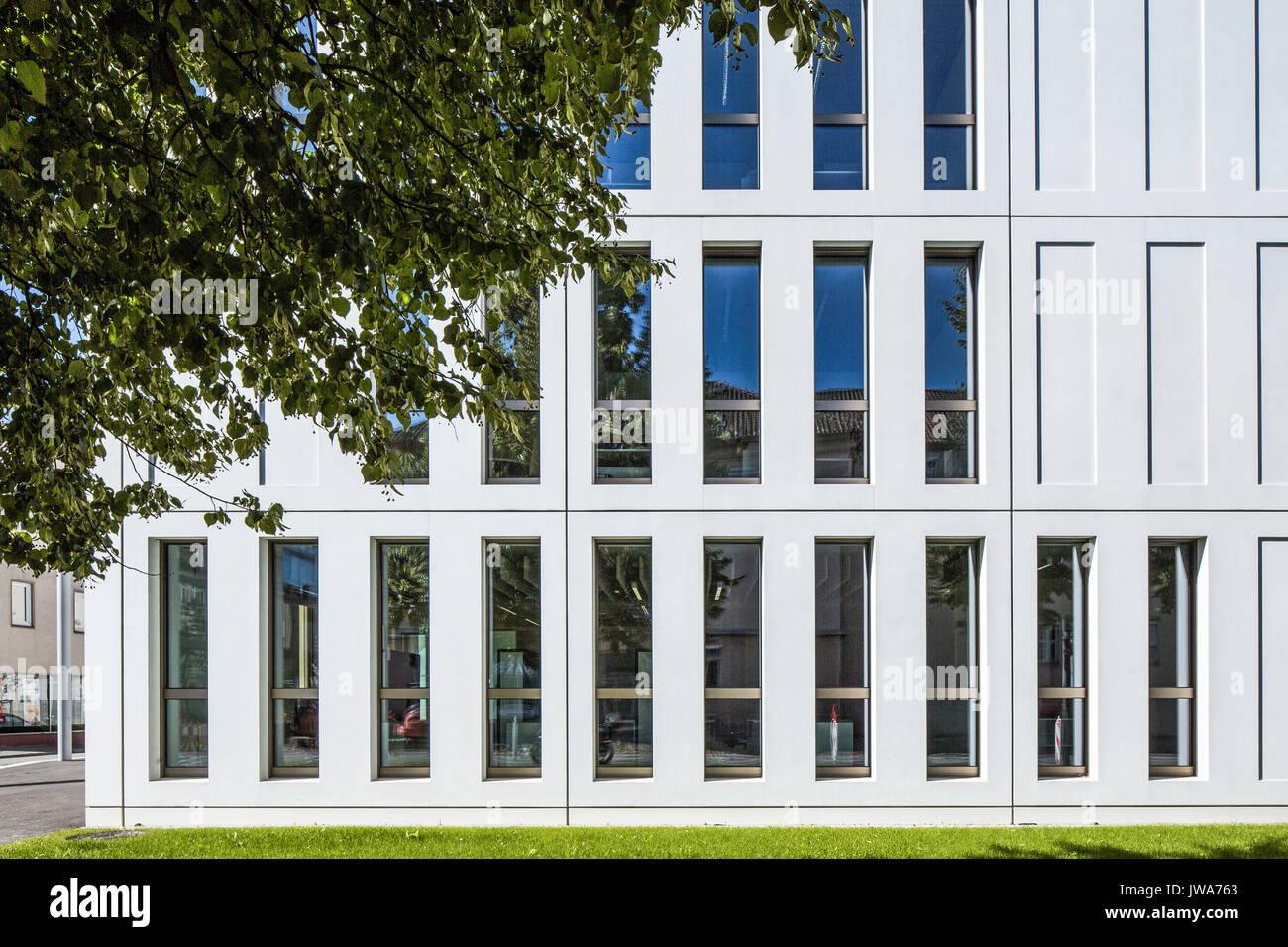 Architekten Biberach detail der fassade mit den länglichen fenestration finanzamt